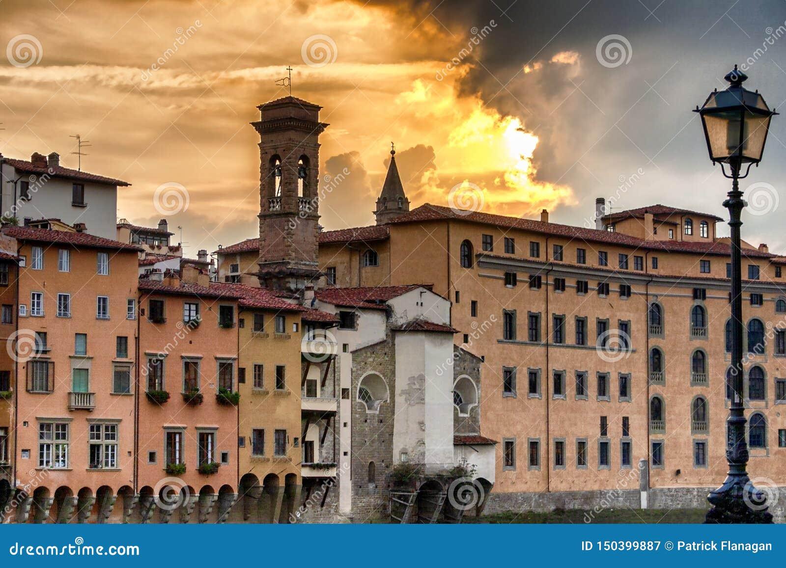 Por do sol pelo River Arno em Florença