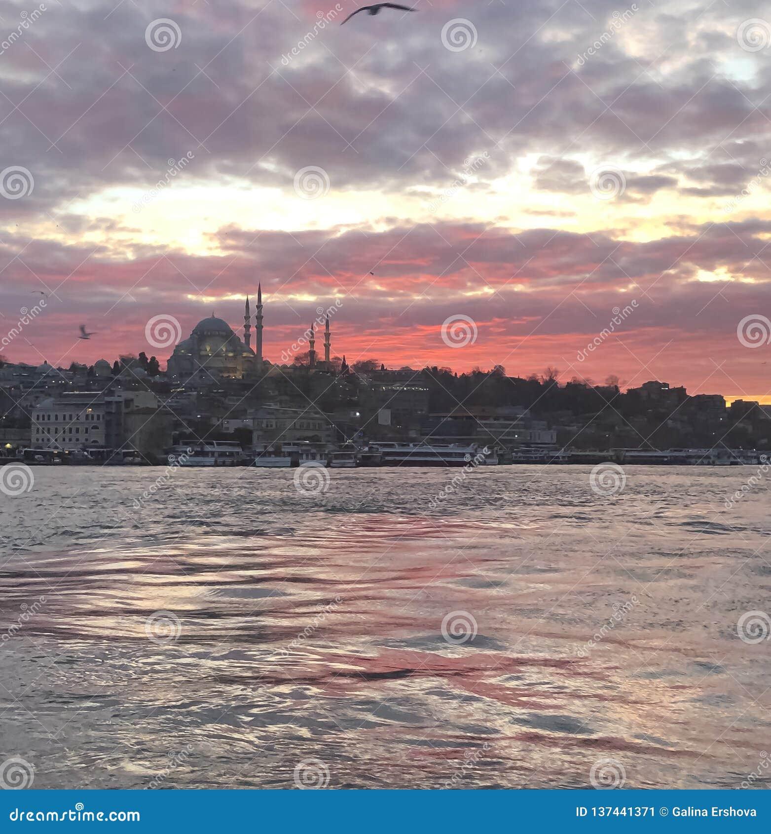 Por do sol pitoresco com opinião do mar e da cidade de Istambul Turquia