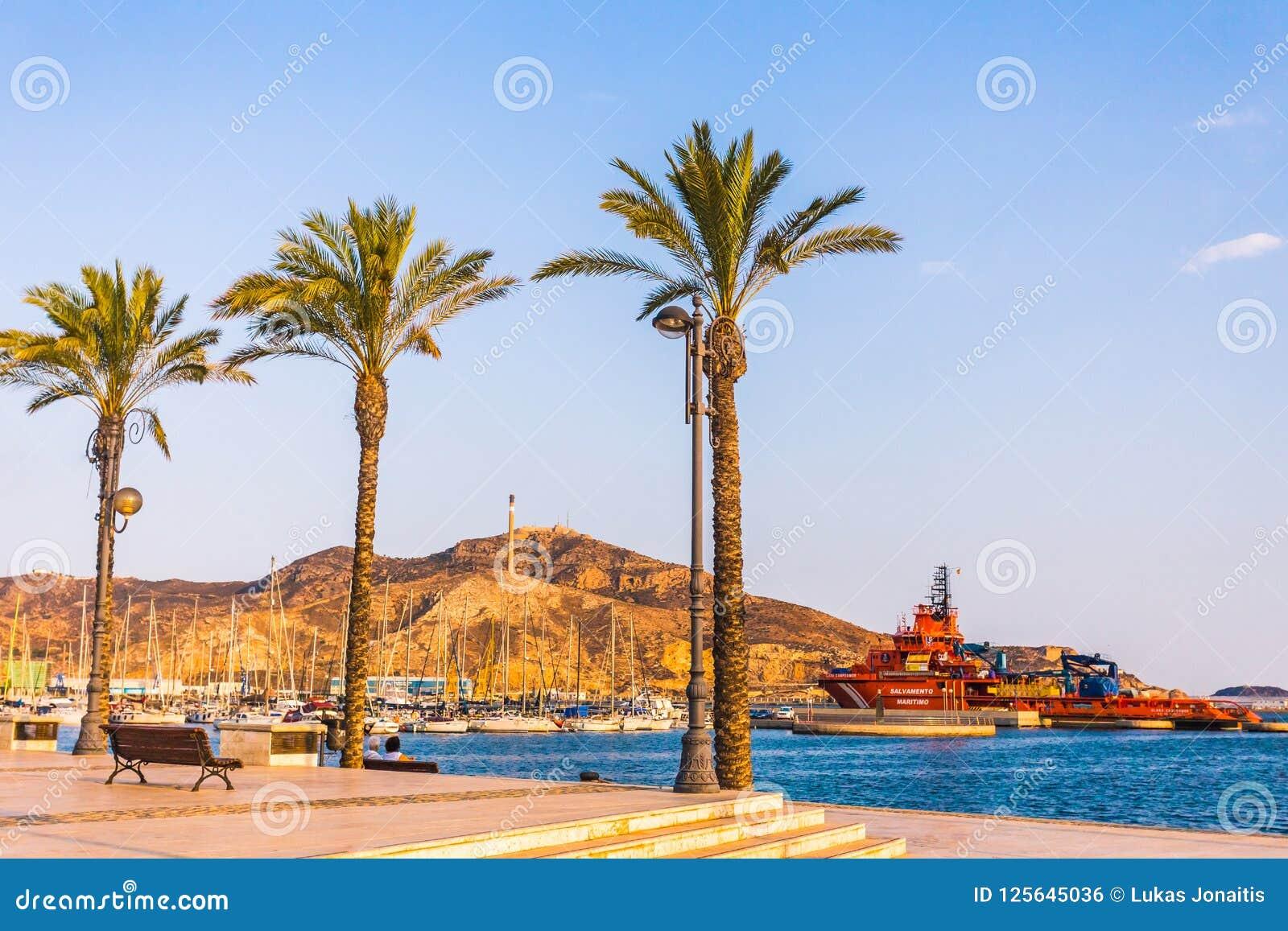 Por do sol do porto do porto de Cartagena Múrcia na Espanha mediterrânea