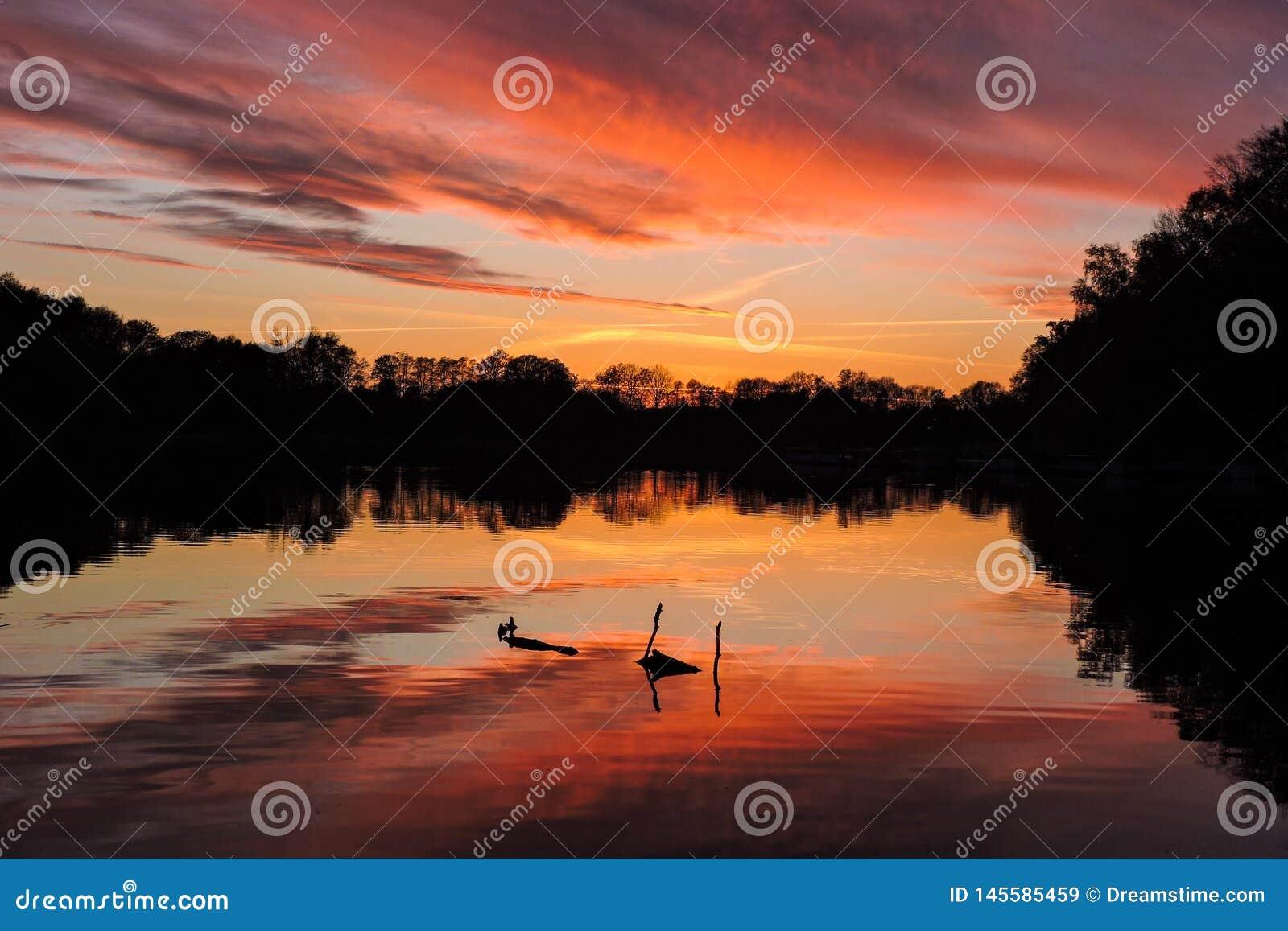 Por do sol refletido brilhante em um lago