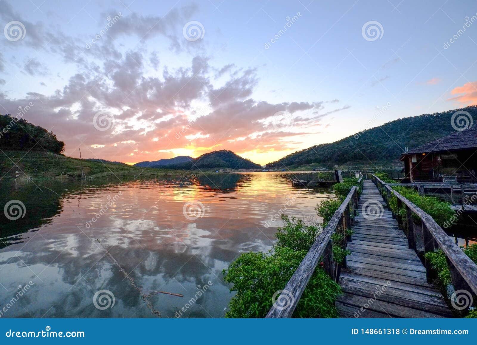 Por do sol rochoso do lago