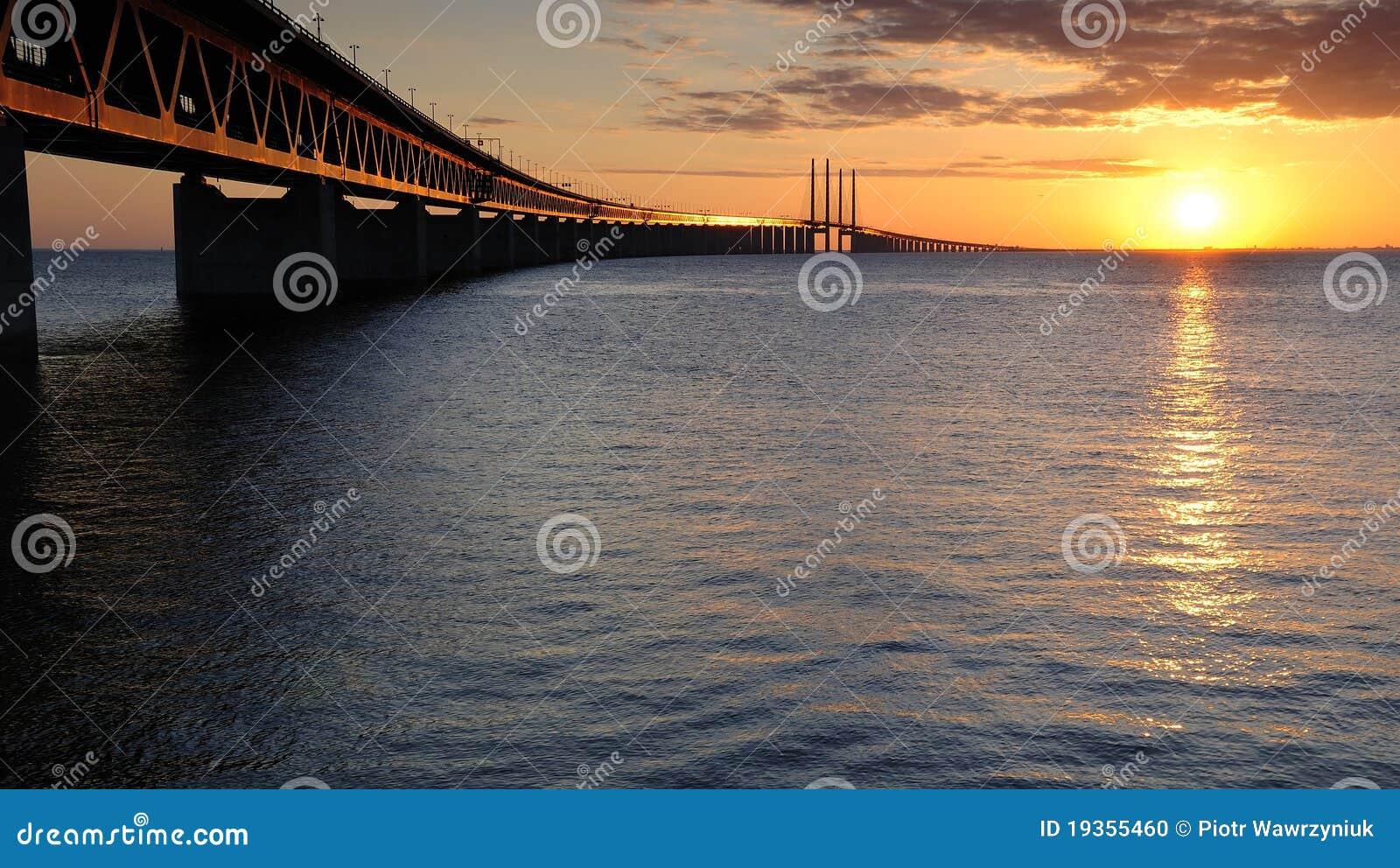 Por do sol romântico perto da ponte