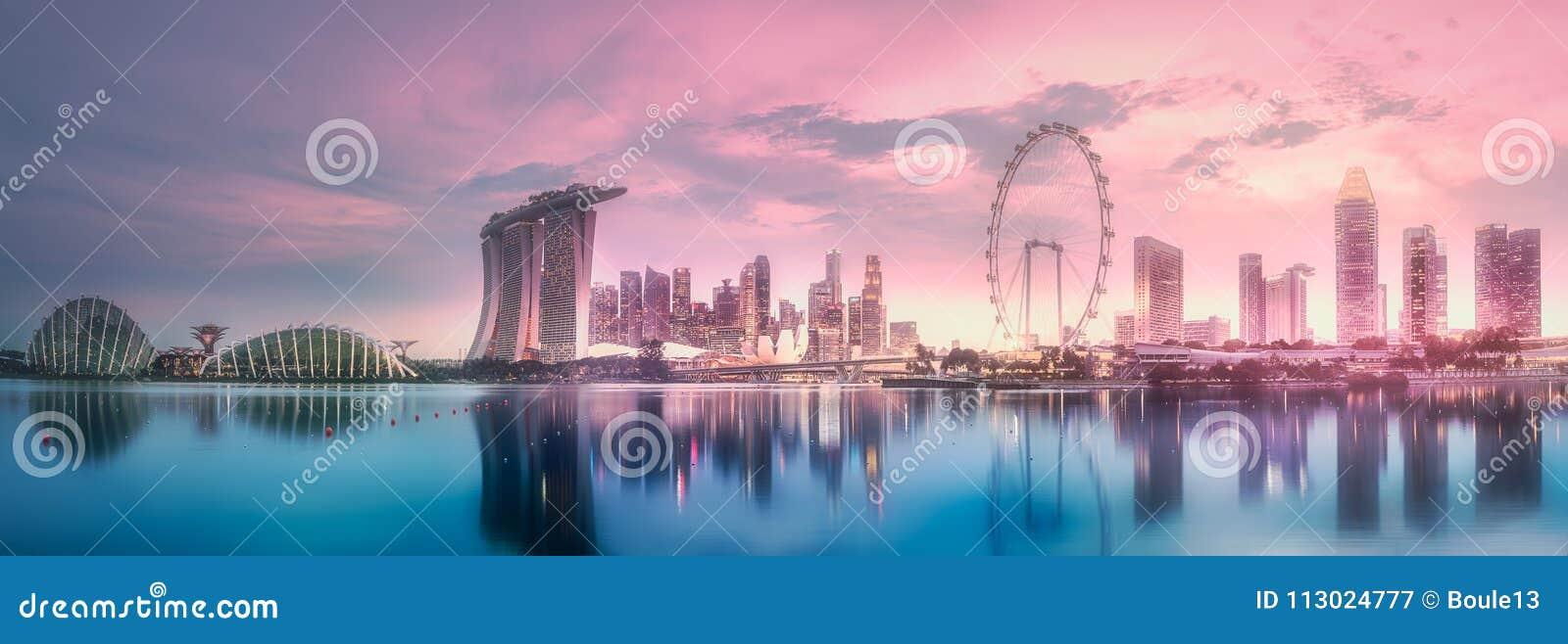 Por do sol roxo da skyline da baía do porto, Singapura