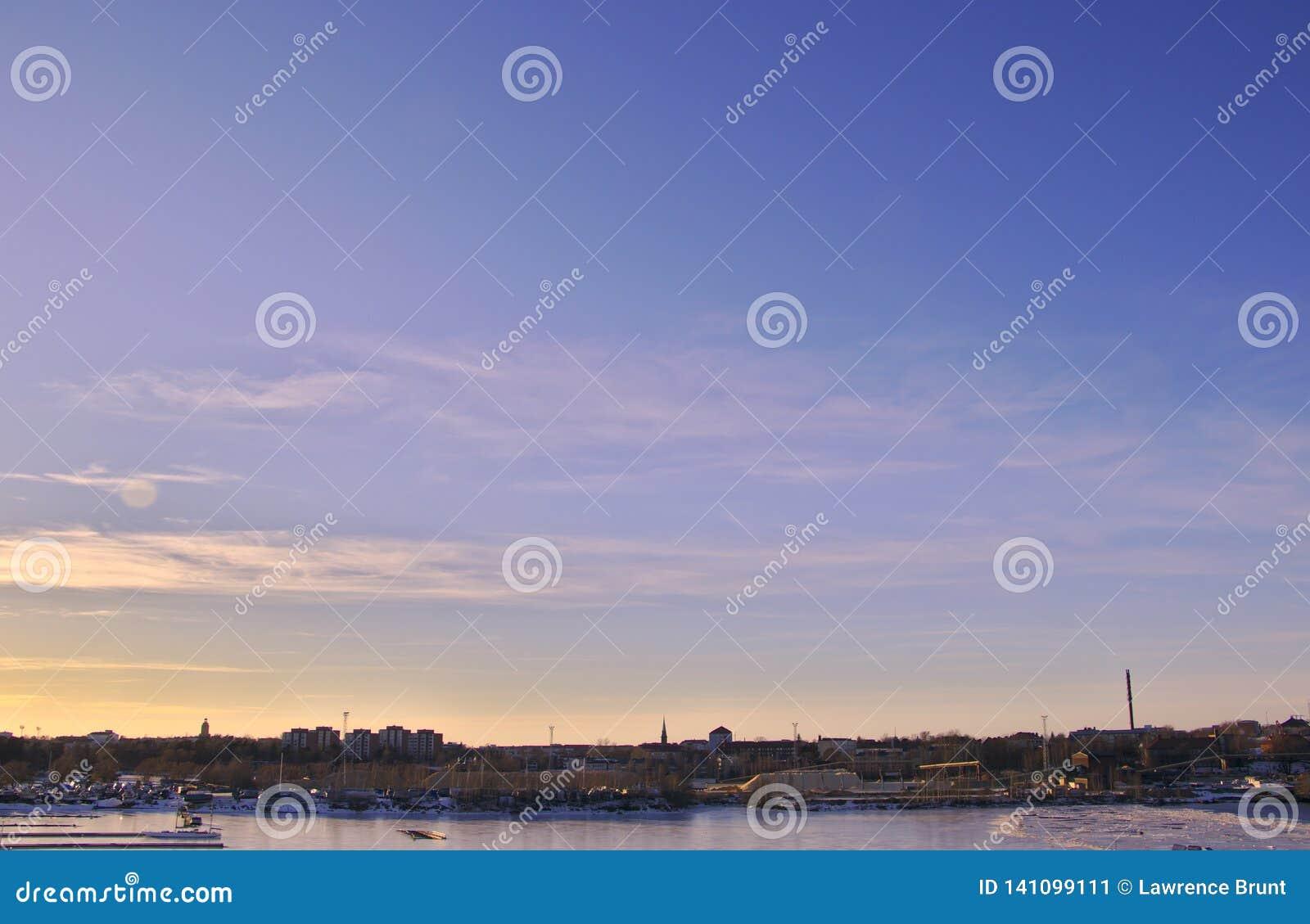 Por do sol roxo sobre o porto industrial