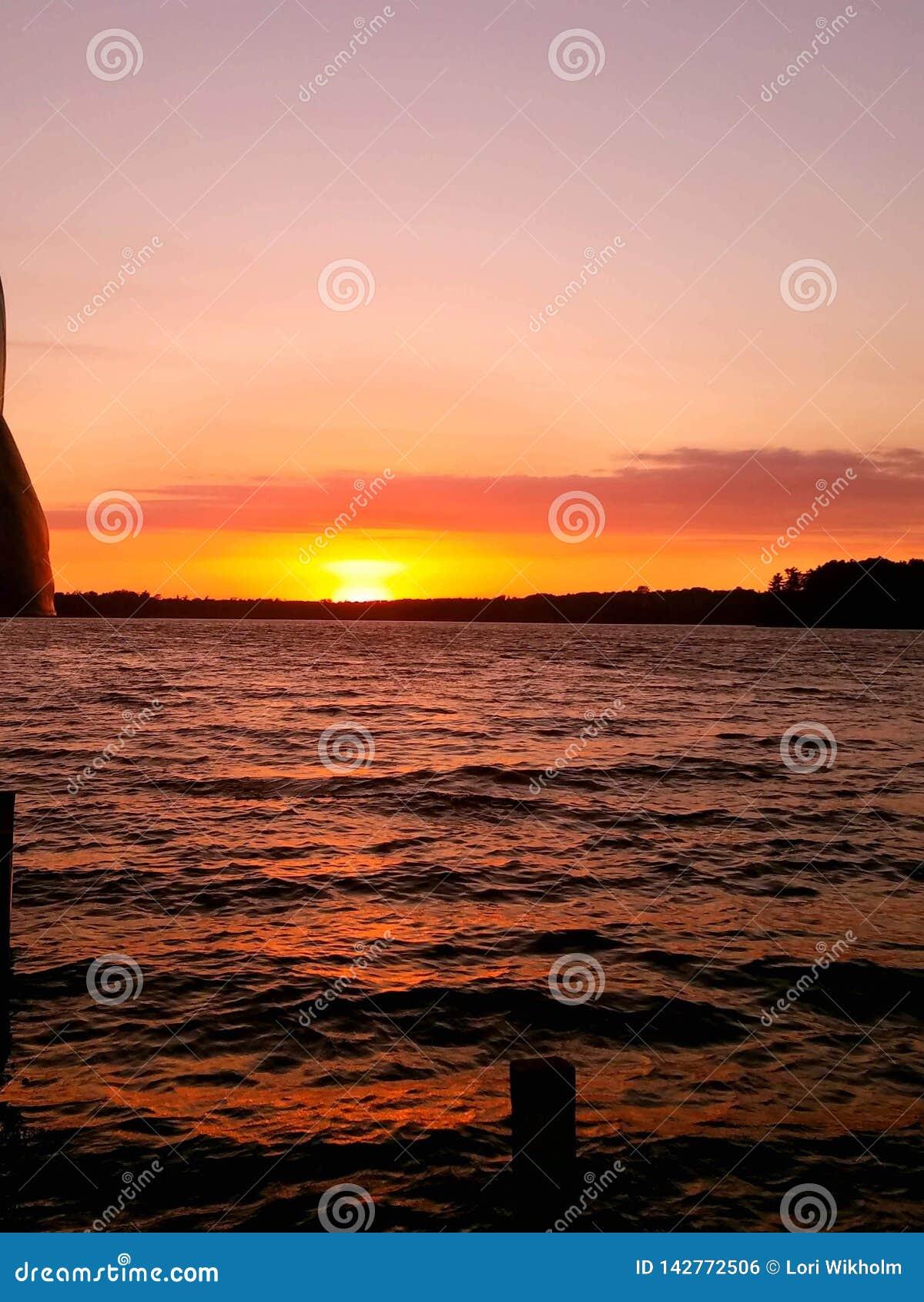 Por do sol sobre a água