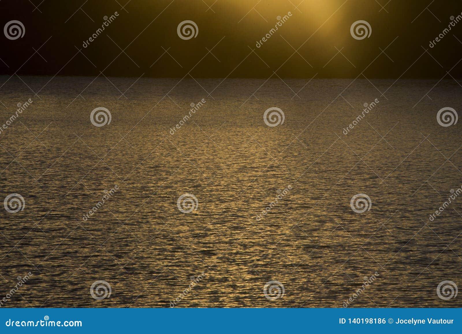 Por do sol sobre águas onduladas