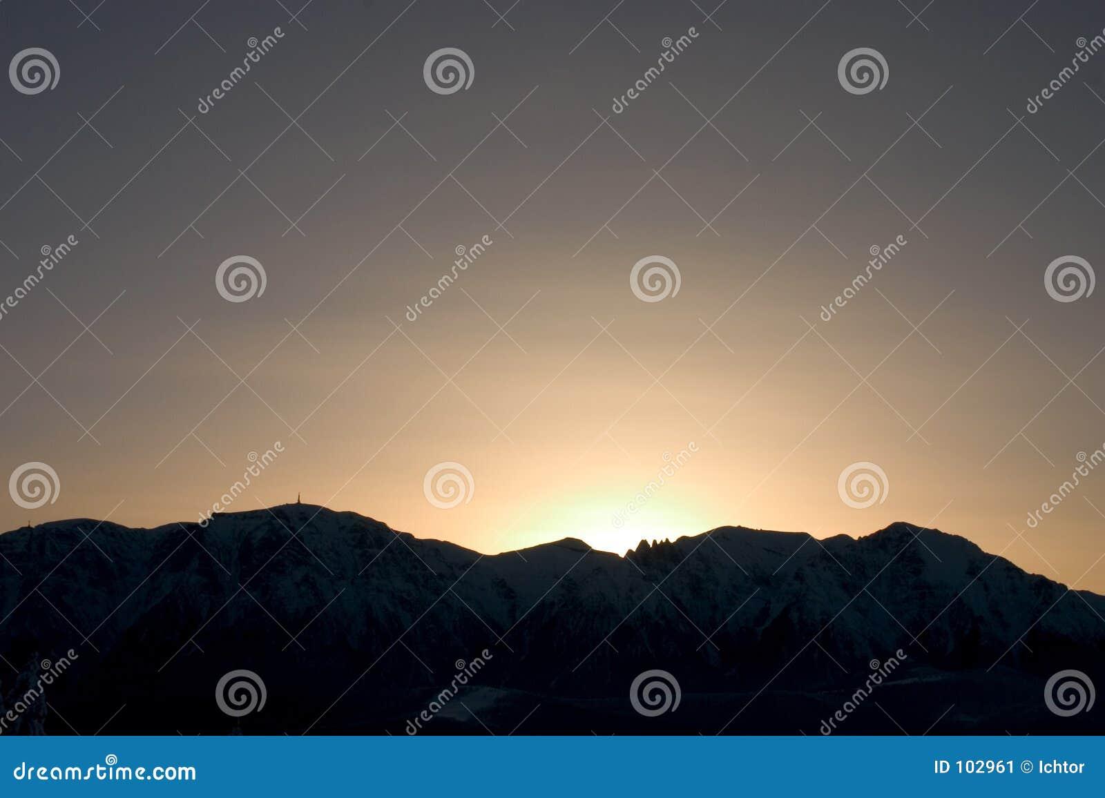 Por do sol sobre as montanhas