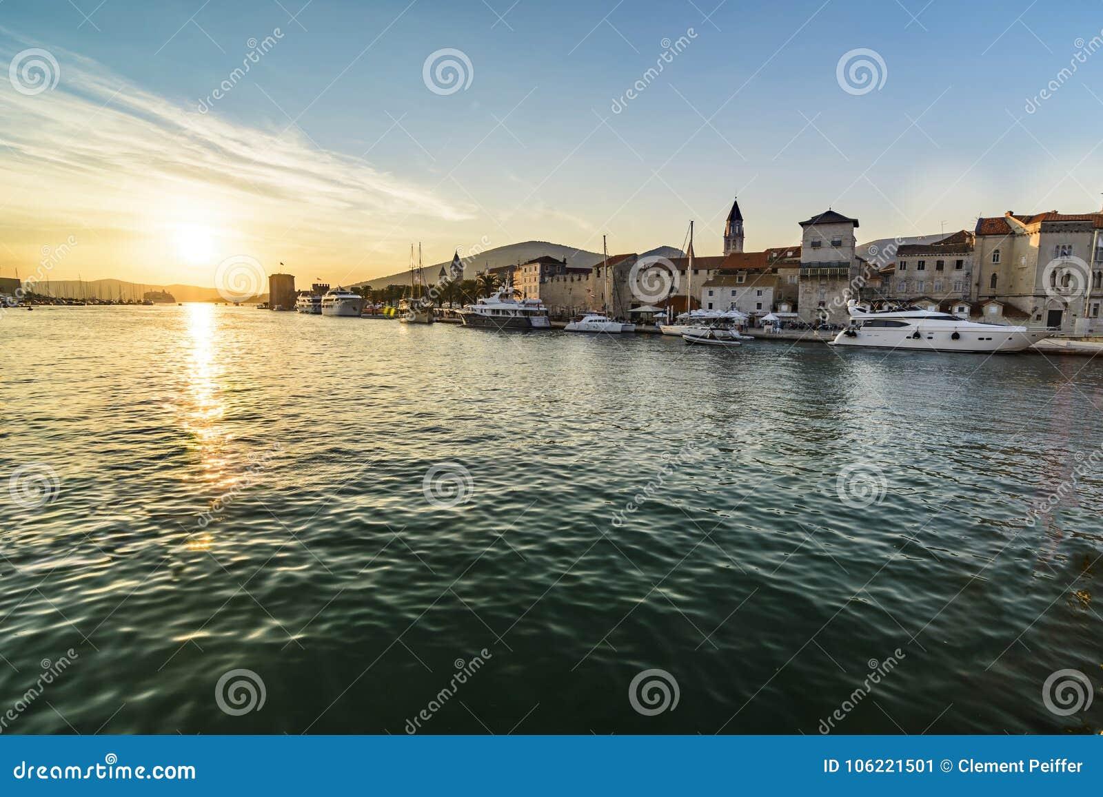 Por do sol sobre a cidade histórica Trogir