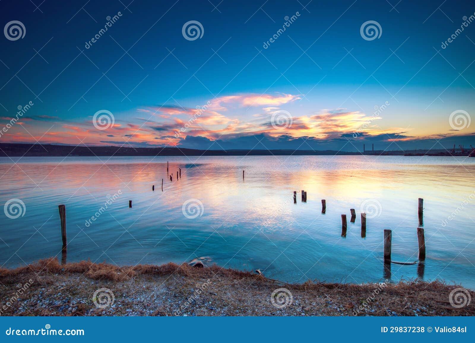 Por do sol sobre o lago