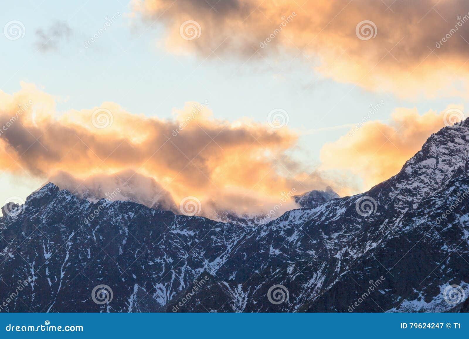 Por do sol sobre a montanha