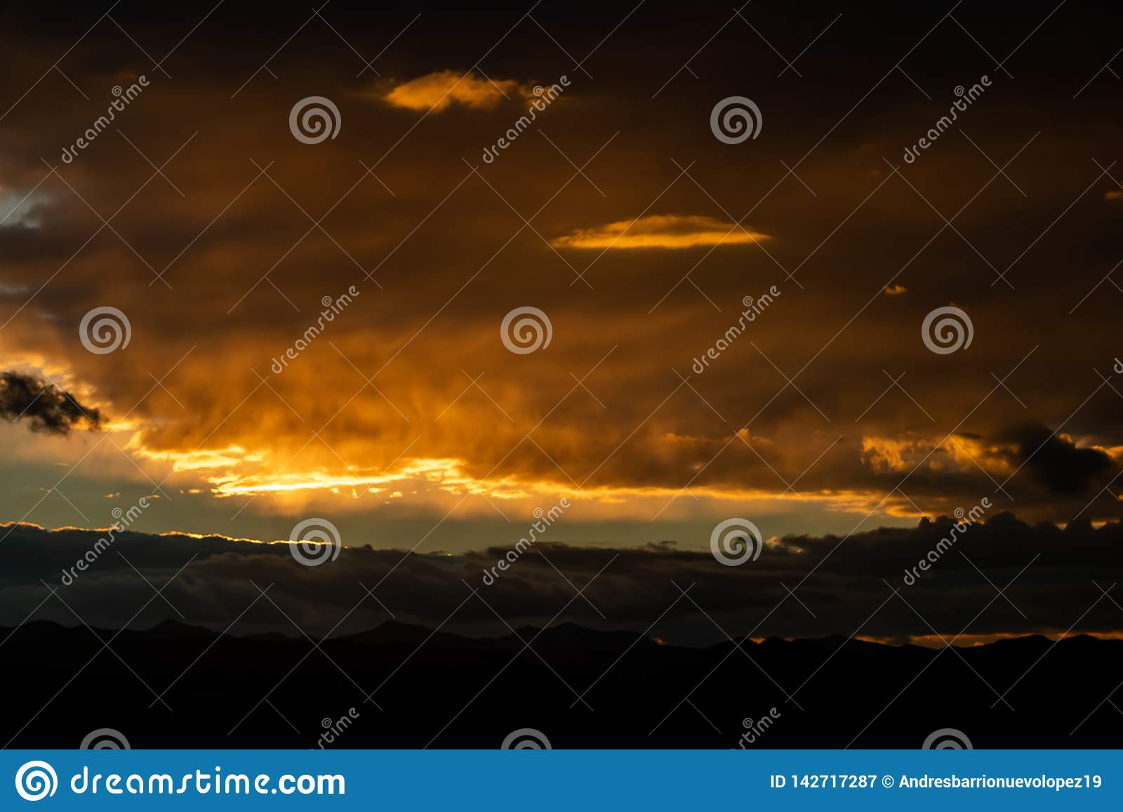 Por do sol sobre montanhas