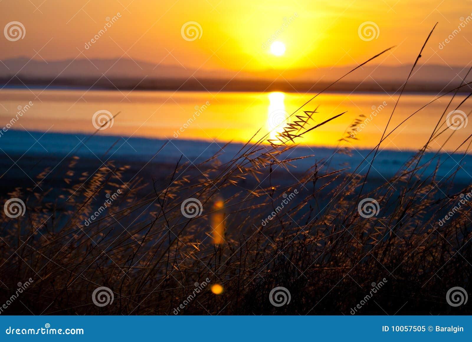 Por do sol sobre o lago, beleza cipriota da natureza