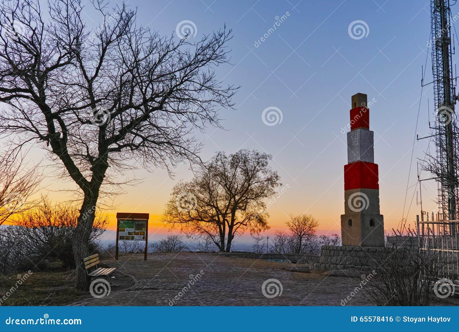 Por do sol sobre o monte do tepe de Dzhendem, Plovdiv, Bulgária