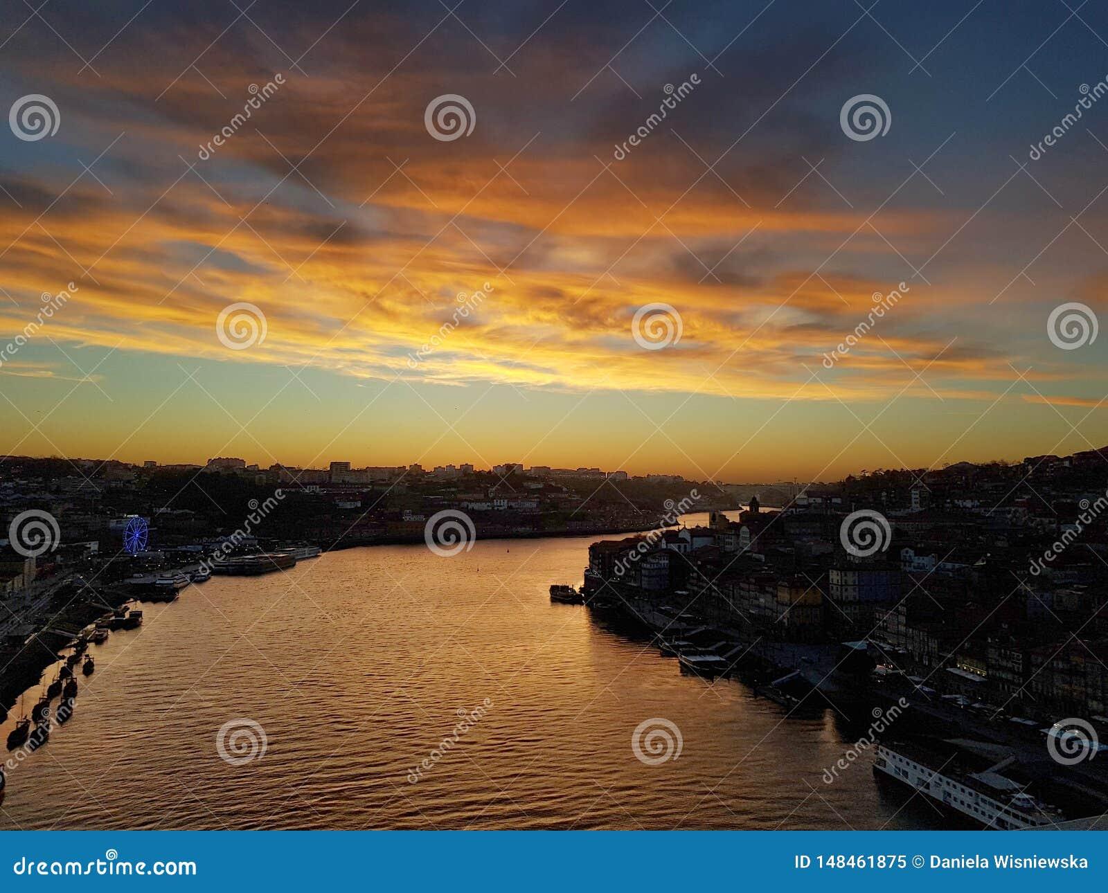 Por do sol sobre o rio de Douro