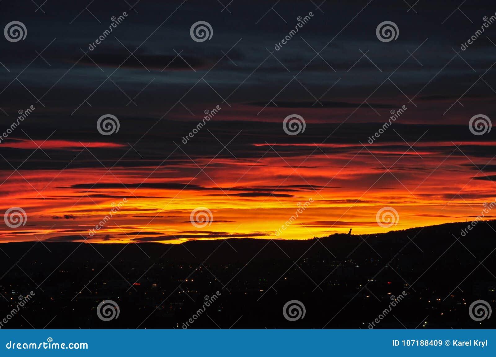 Por do sol sobre Oslo com a silhueta de Holmenkollen