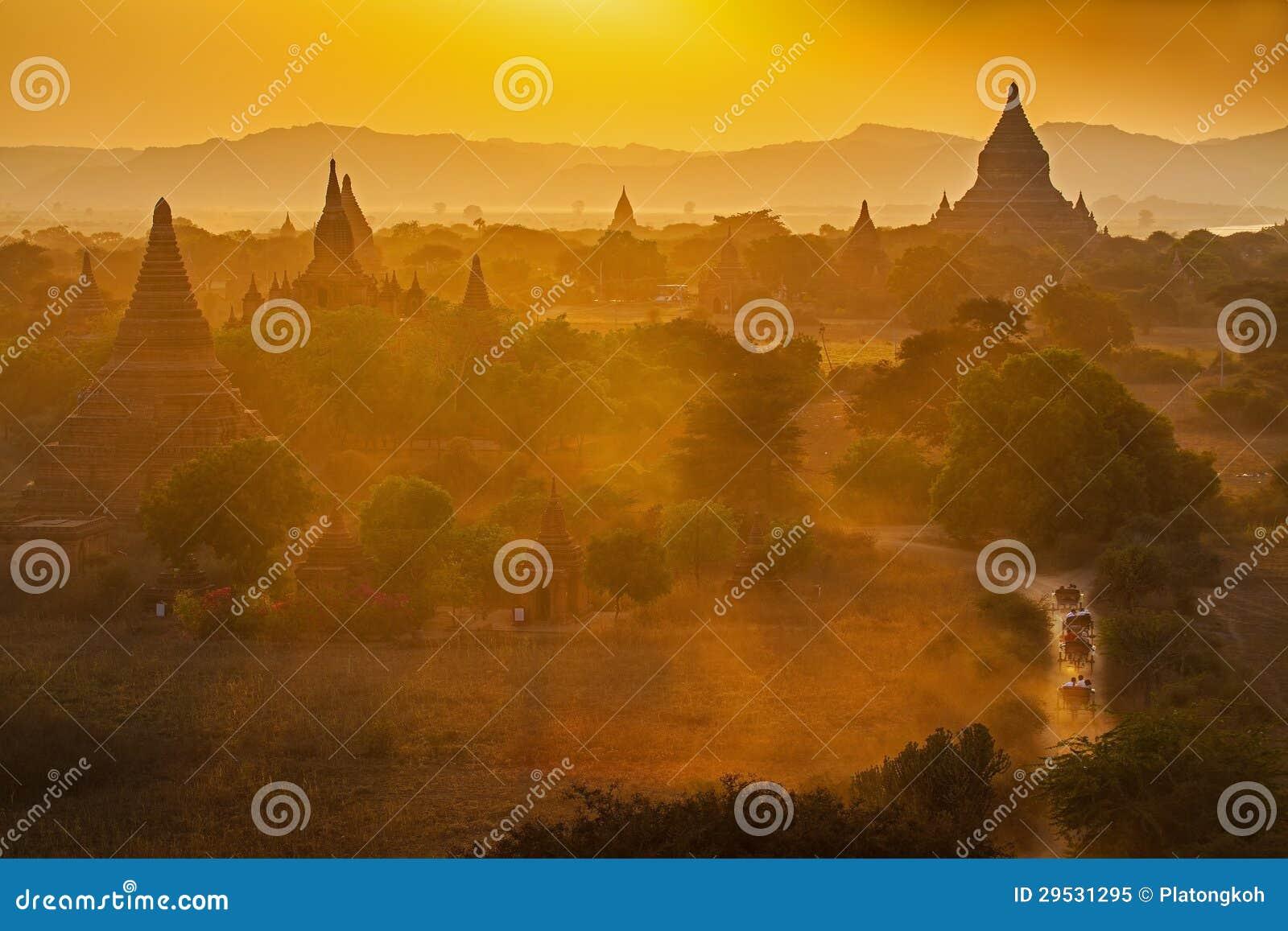 Por do sol sobre templos de Bagan