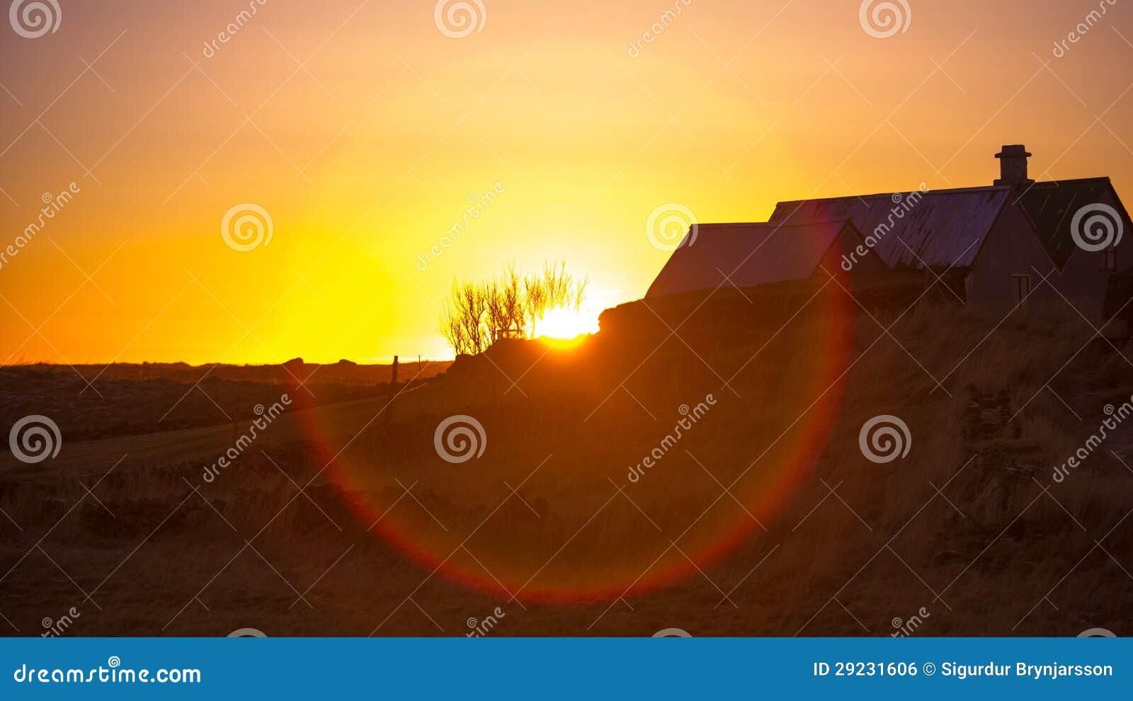 Download Por Do Sol Sobre Uma Exploração Agrícola Foto de Stock - Imagem de grama, folha: 29231606