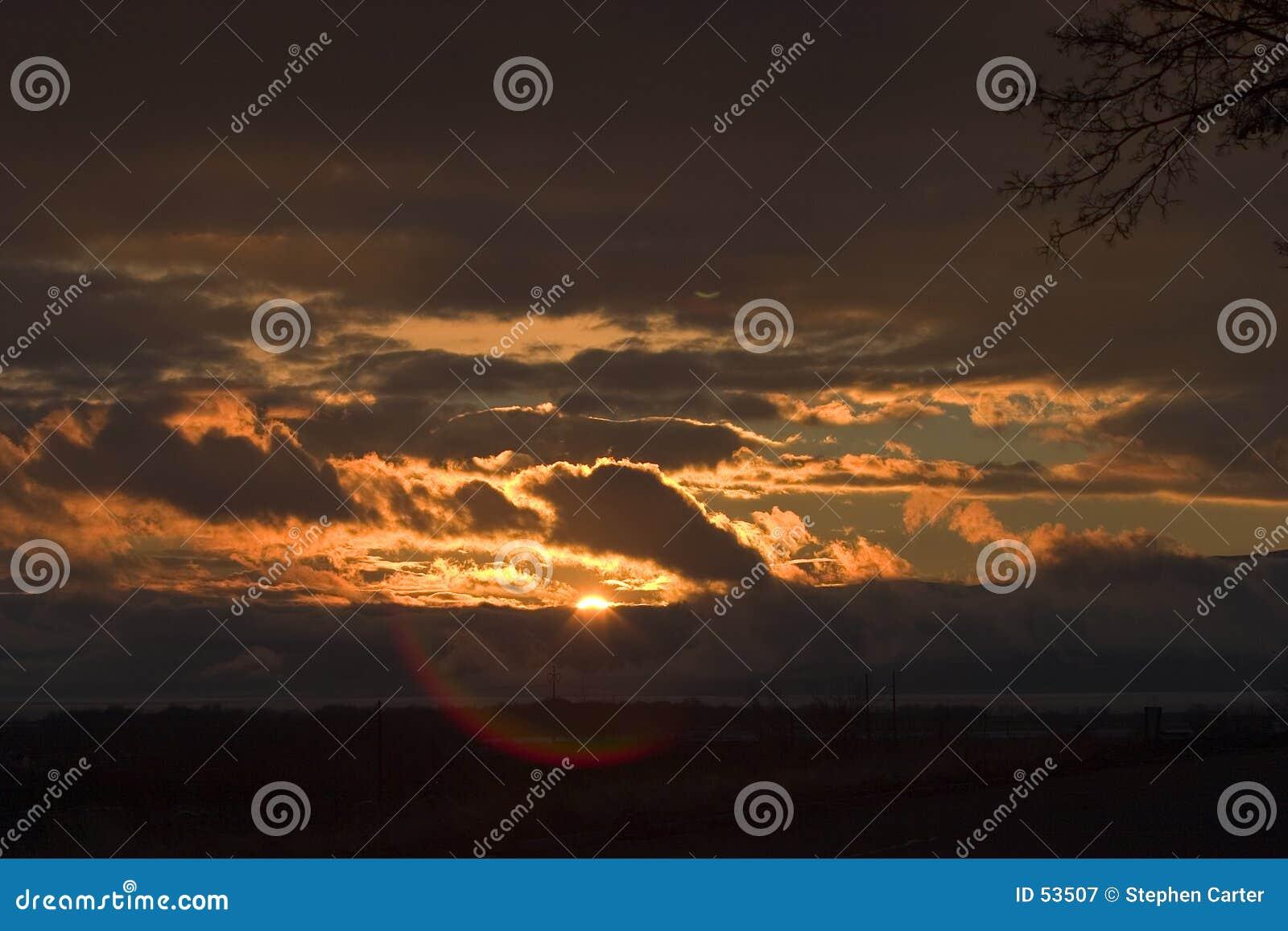 Por do sol tormentoso sobre o lago utah com alargamento da lente
