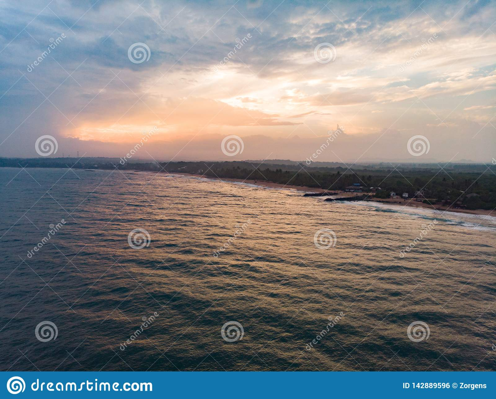 Por do sol tropical na praia do oceano Sri Lanka