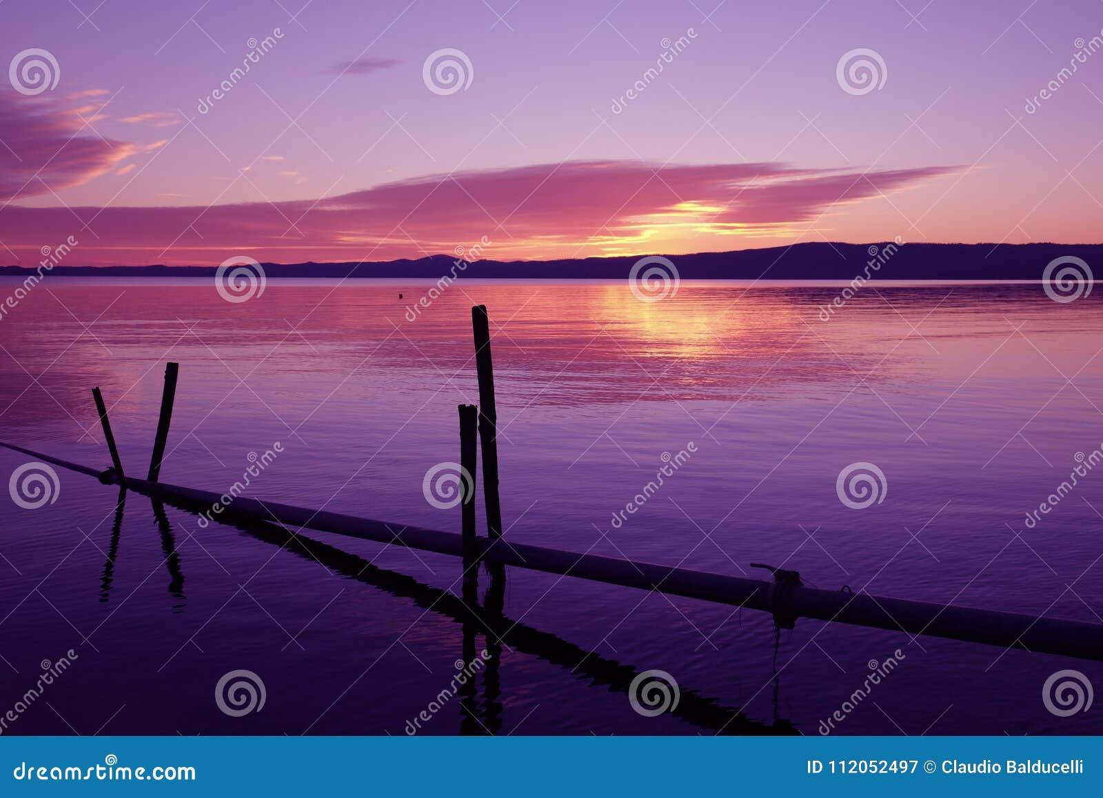 Por do sol ultravioleta no lago Bolsena, Itália