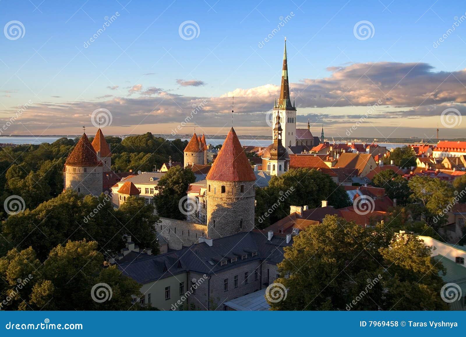 Por do sol velho da cidade de Tallinn