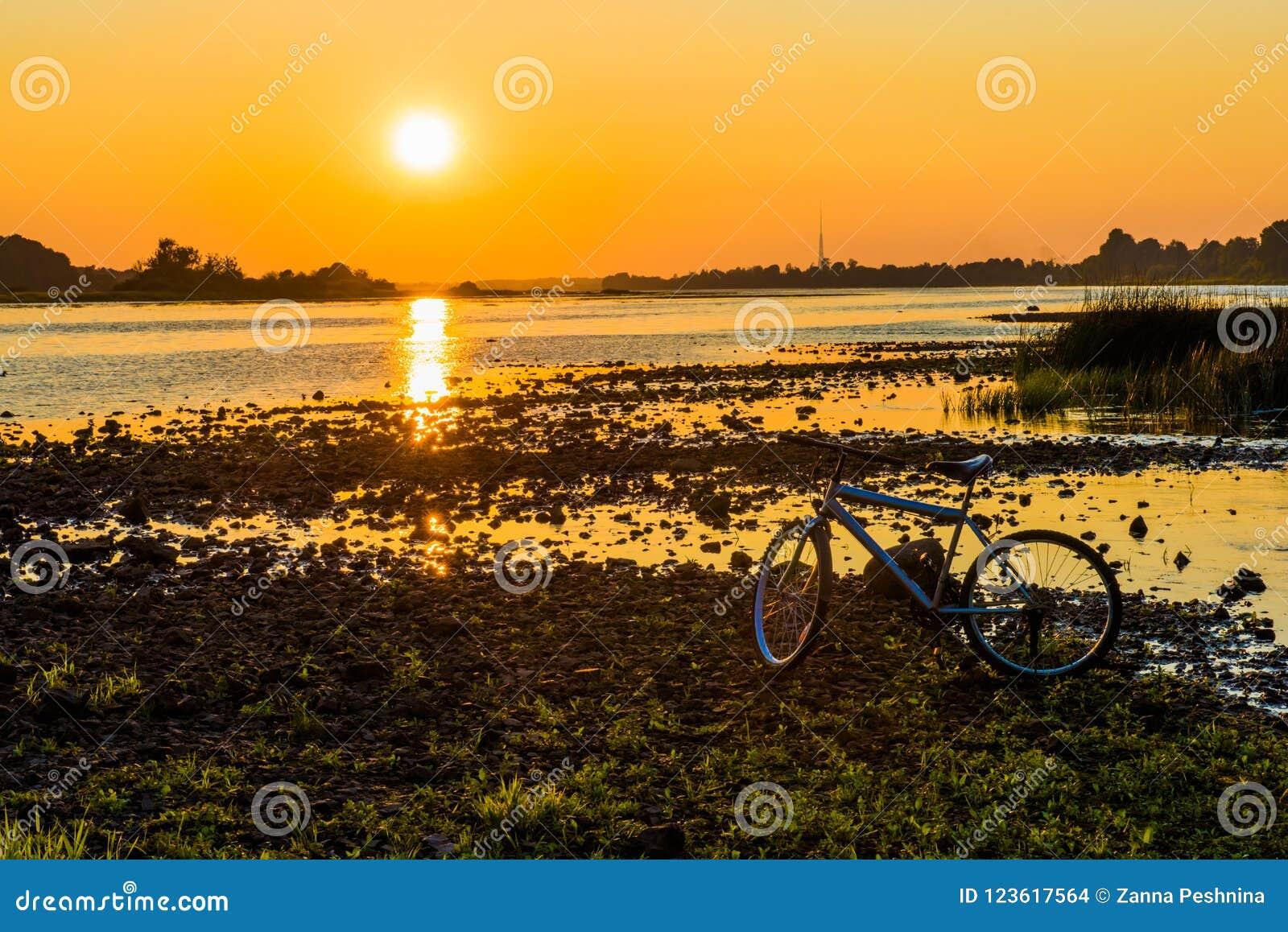 Por do sol do verão sobre o rio do Daugava, Riga Letónia