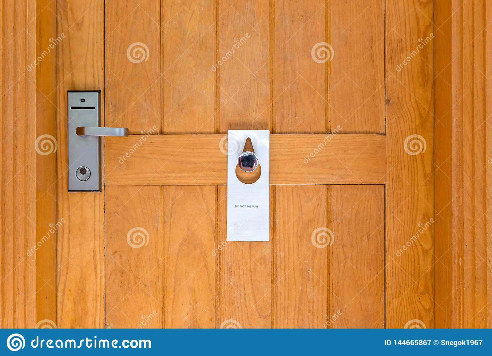 Por favor não perturbe o sinal na porta de madeira Closed da sala de hotel