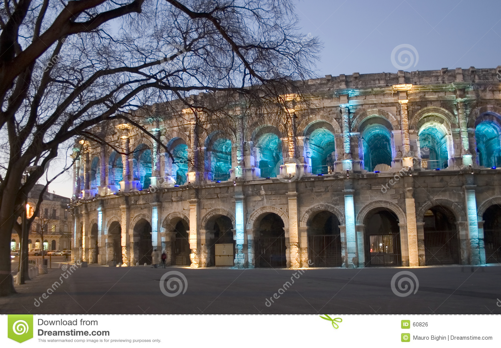 Por la arena romana de NÃimes de la noche (Nimes), Francia, Europa