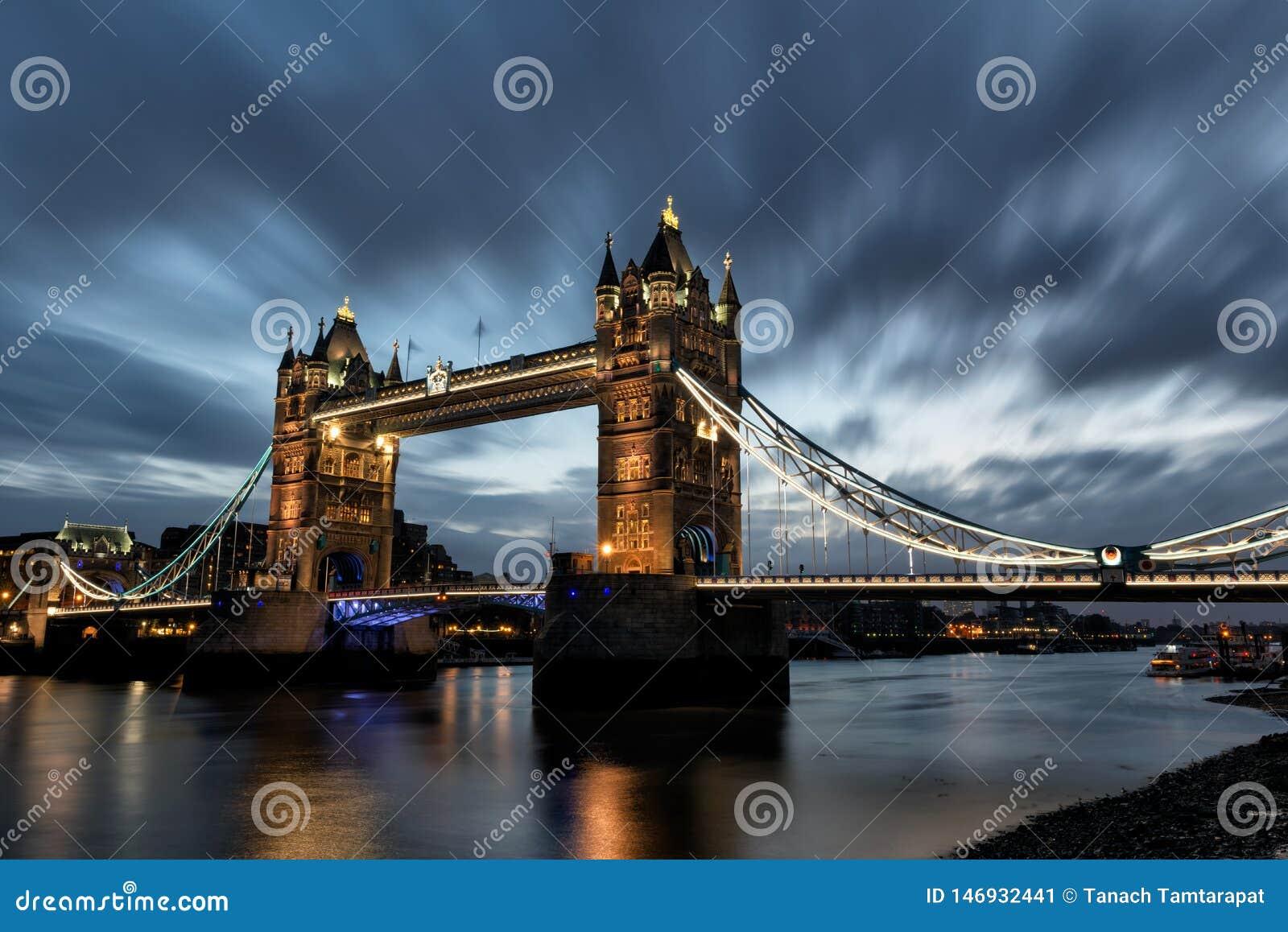 Por la mañana en el puente de la torre