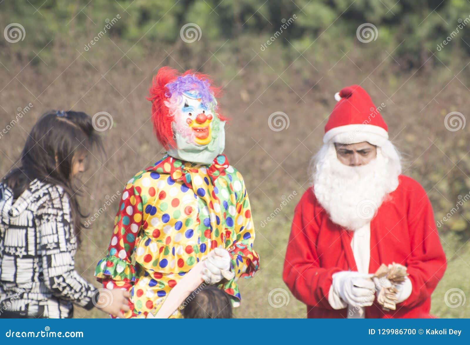 Por ocasião do dia de Natal as crianças pequenas vestiram-se acima no vestuário de Santa Clauses