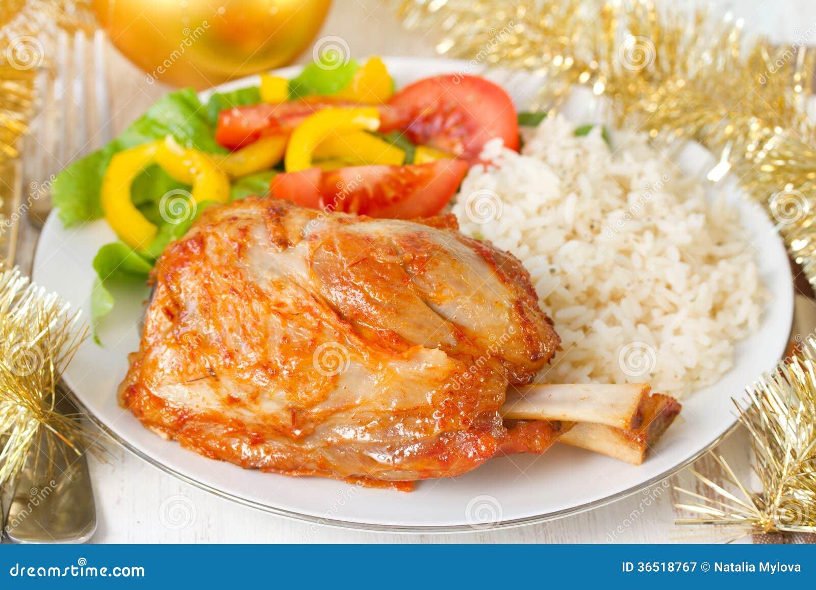 Porc avec du riz et la salade