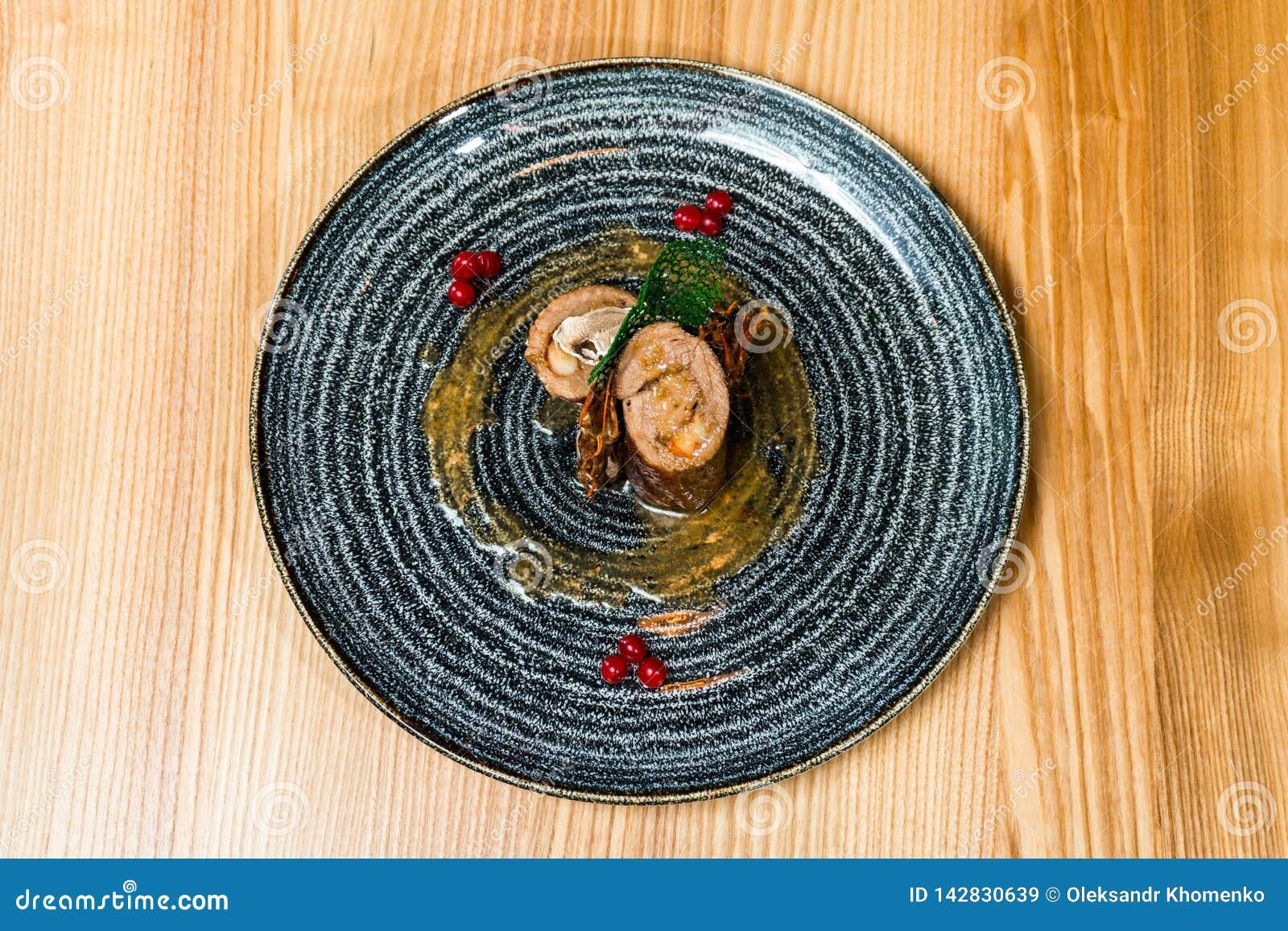 Porc bourré de la crevette dans un plat noir