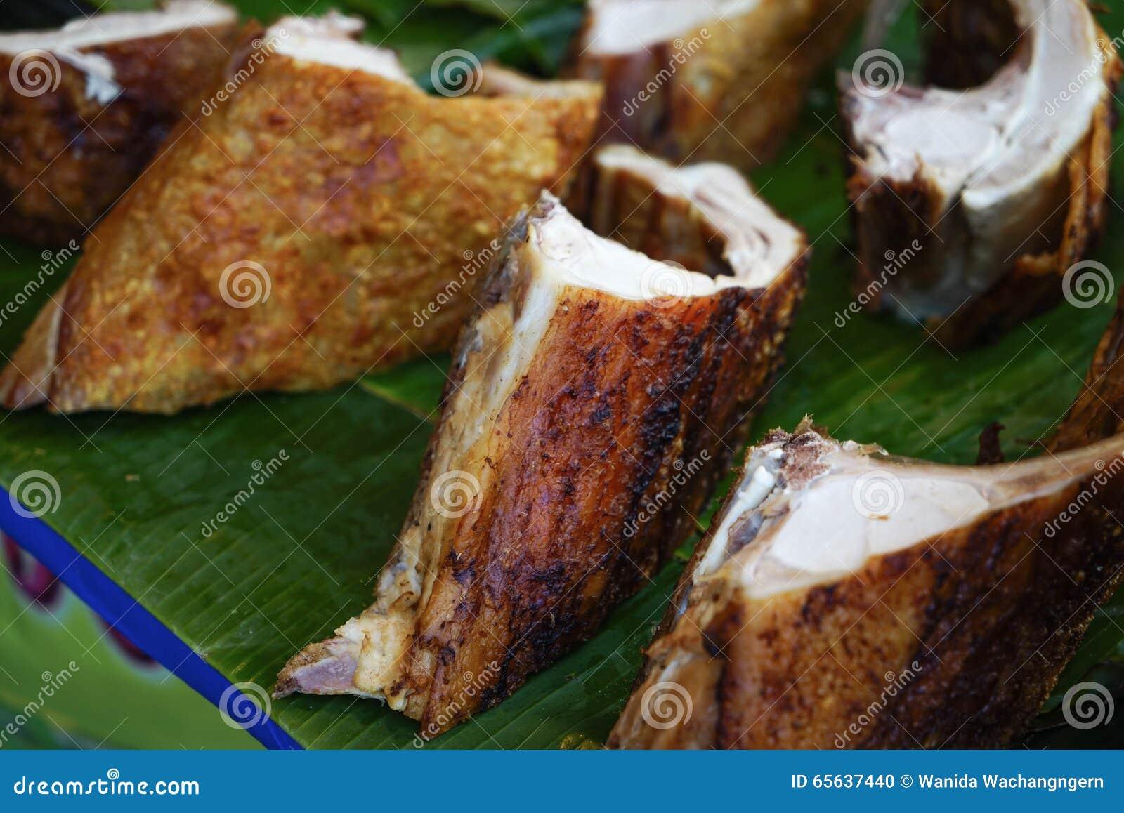 Porc croustillant placé sur la feuille de banane