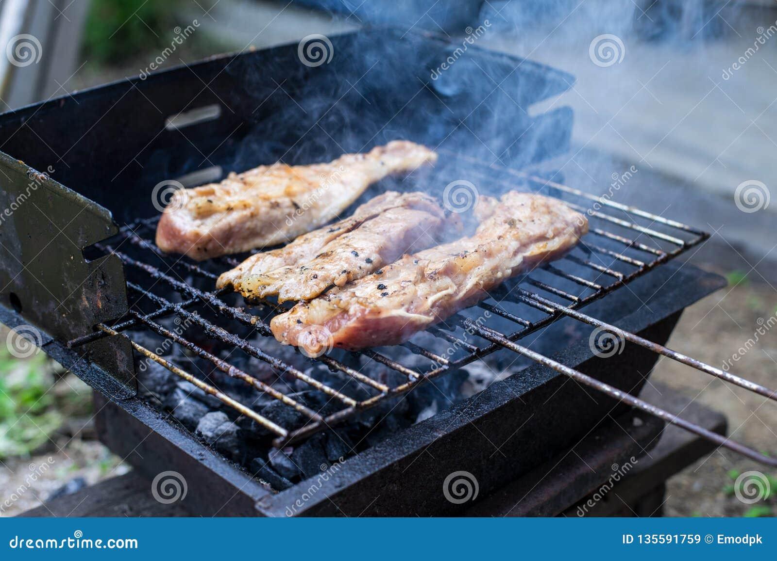 Porc de barbecue et gril chickent dans le jardin faisant cuire pour délicieux