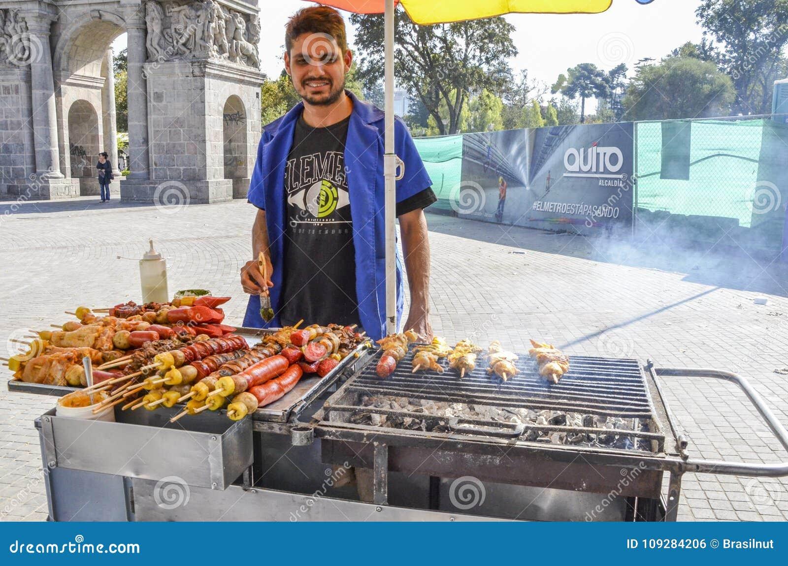 Porc grillant tout entier équatorien et poulet de marchand ambulant sur la rue au centre hisoric de Quito, Equateur