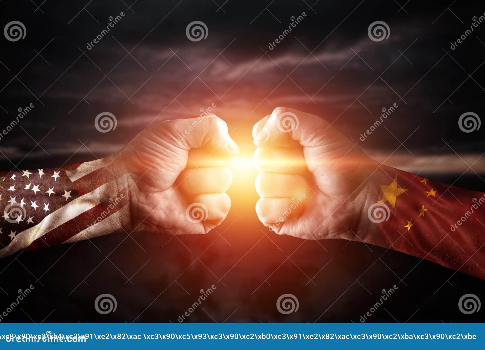 Porcelana da guerra comercial e América, conflito, fim acima de dois punhos que batem-se sobre o fundo dramático do céu com es