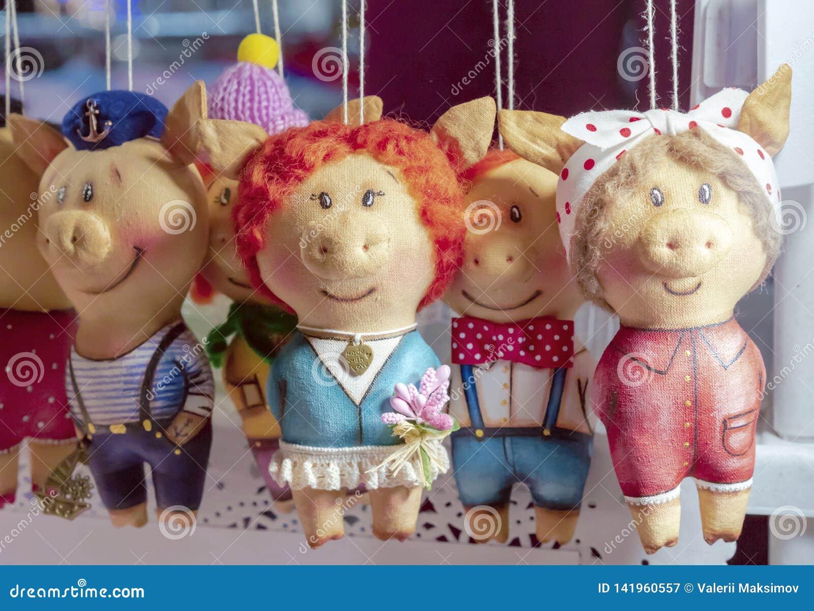 Porcelets mous de jouets dans différents vêtements sur le compteur d un magasin d enfants