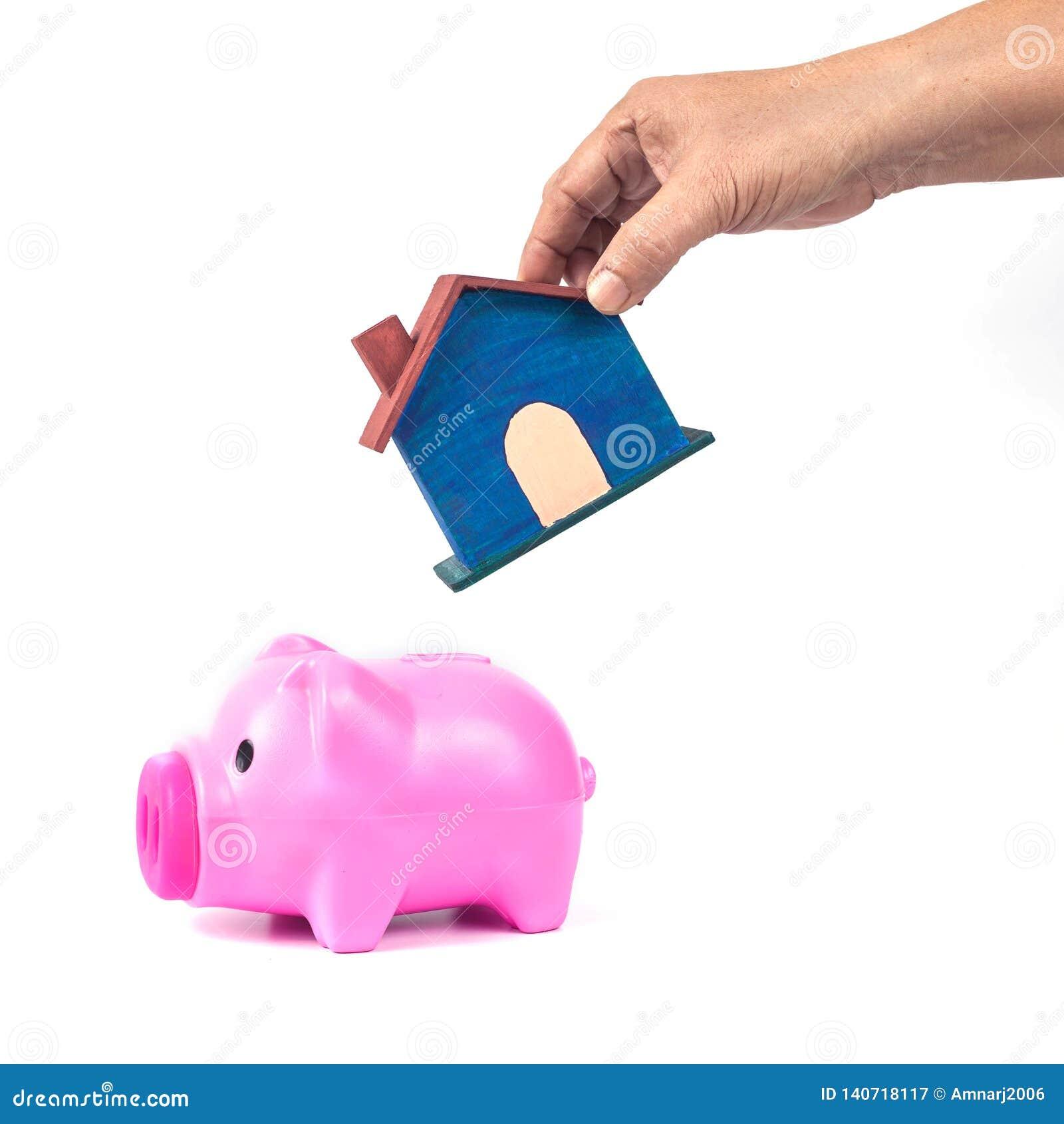 Porcellino salvadanaio con la casetta nei risparmi per la casa