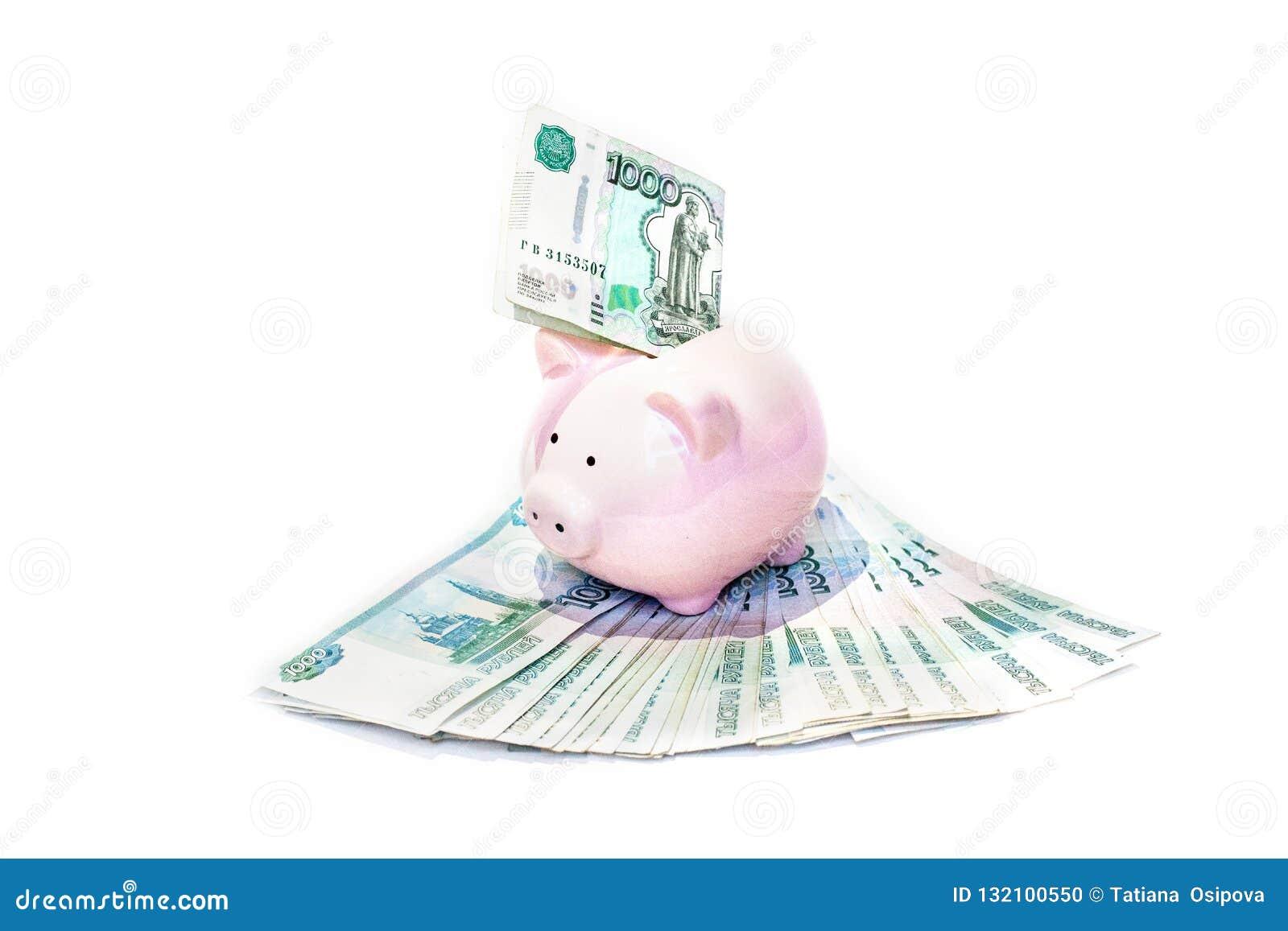 Porcellino salvadanaio rosa con una banconota inserita nella scanalatura in una pianificazione finanziaria, nel risparmio e nel c
