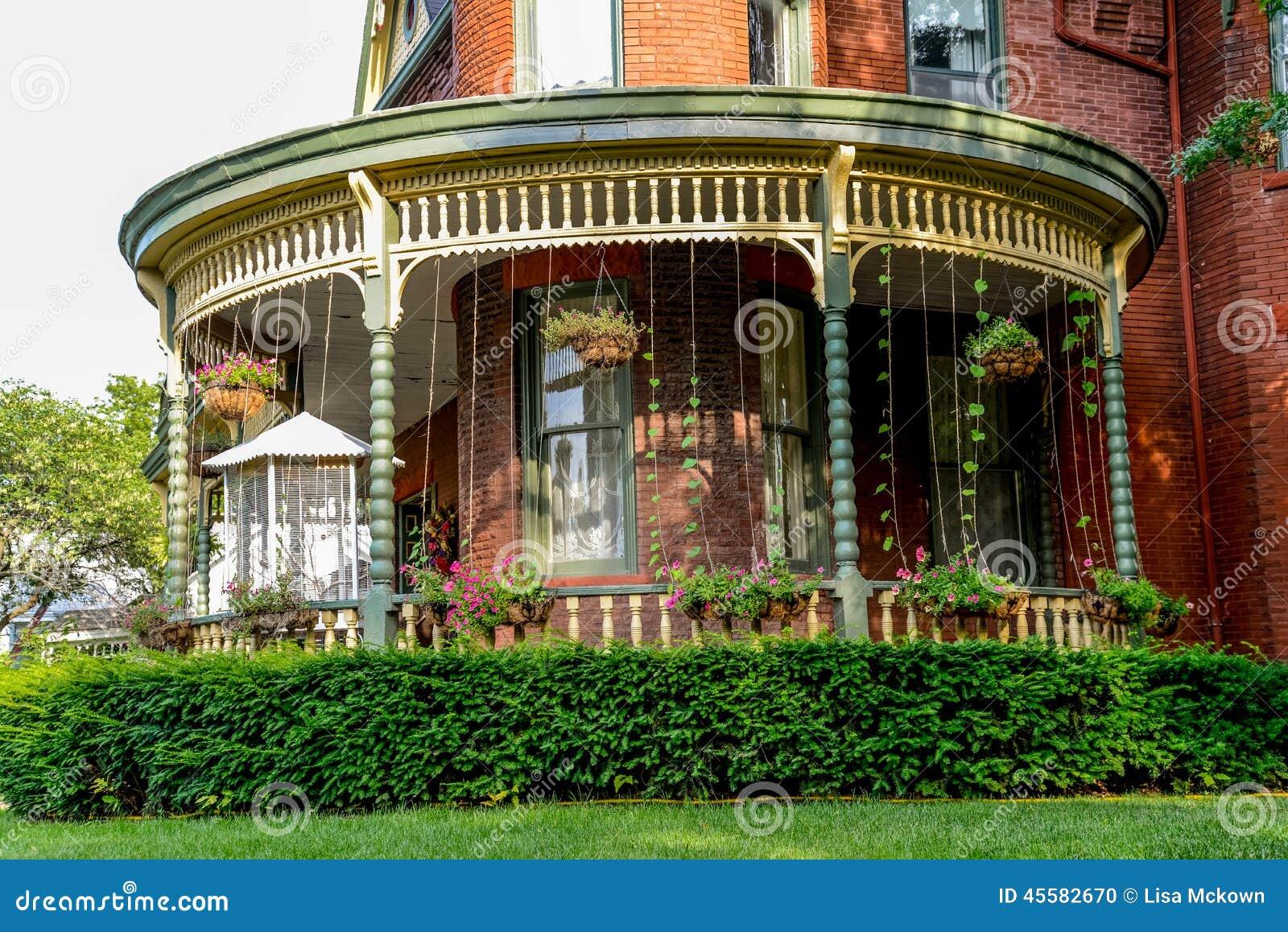 porche un lit victorien de brique et maison de petit d jeuner photo stock image 45582670. Black Bedroom Furniture Sets. Home Design Ideas