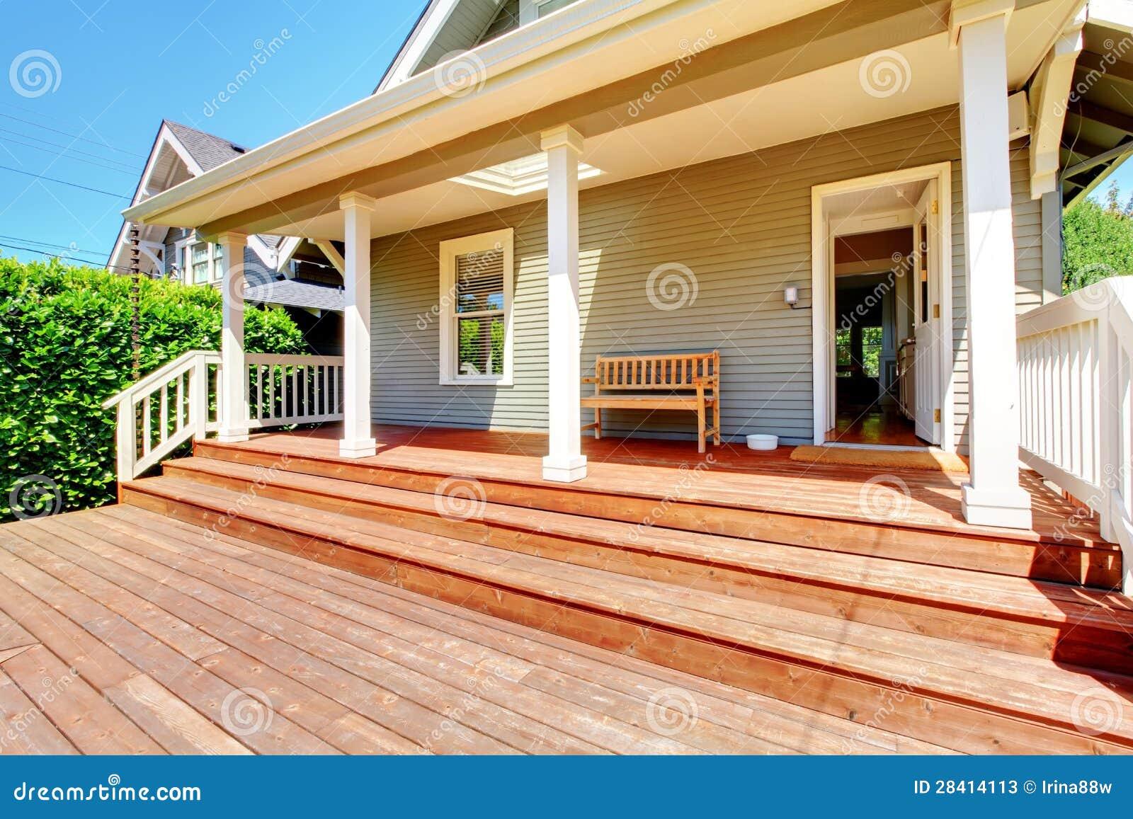 Porche arri re de petite maison grise avec le banc photos for Maison avec porche