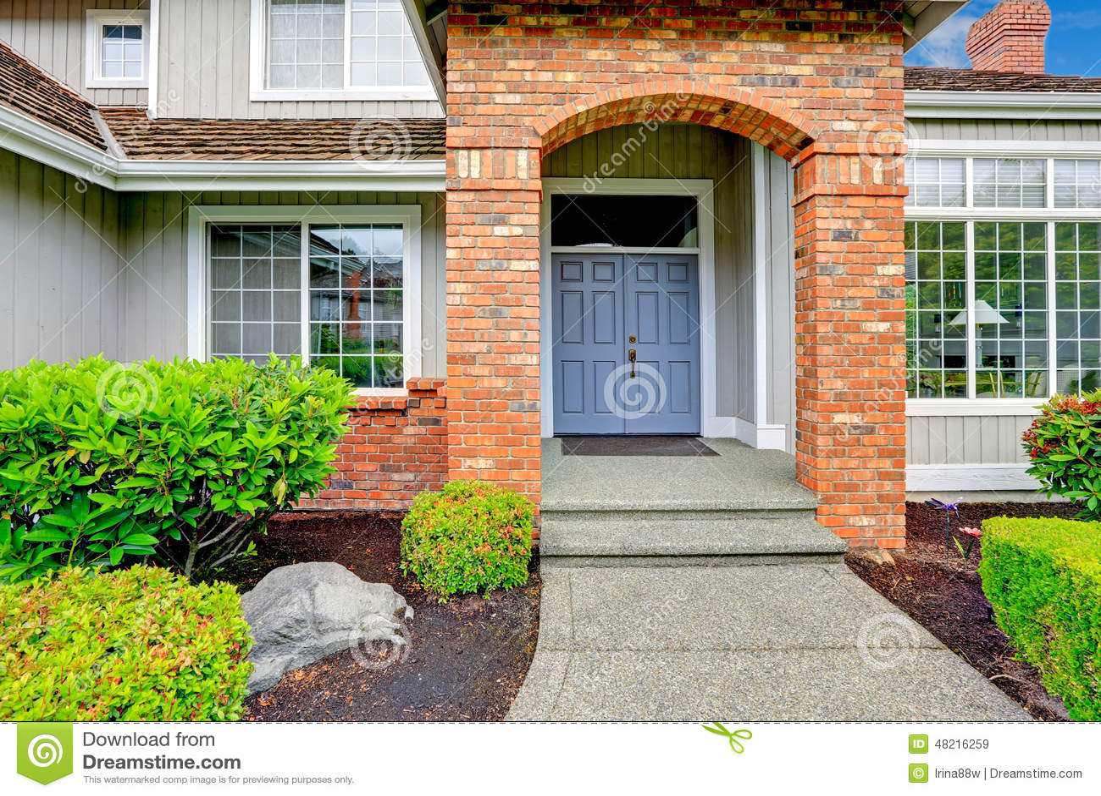 porche d 39 entr e avec l 39 quilibre de brique image stock image du porche fran ais 48216259. Black Bedroom Furniture Sets. Home Design Ideas
