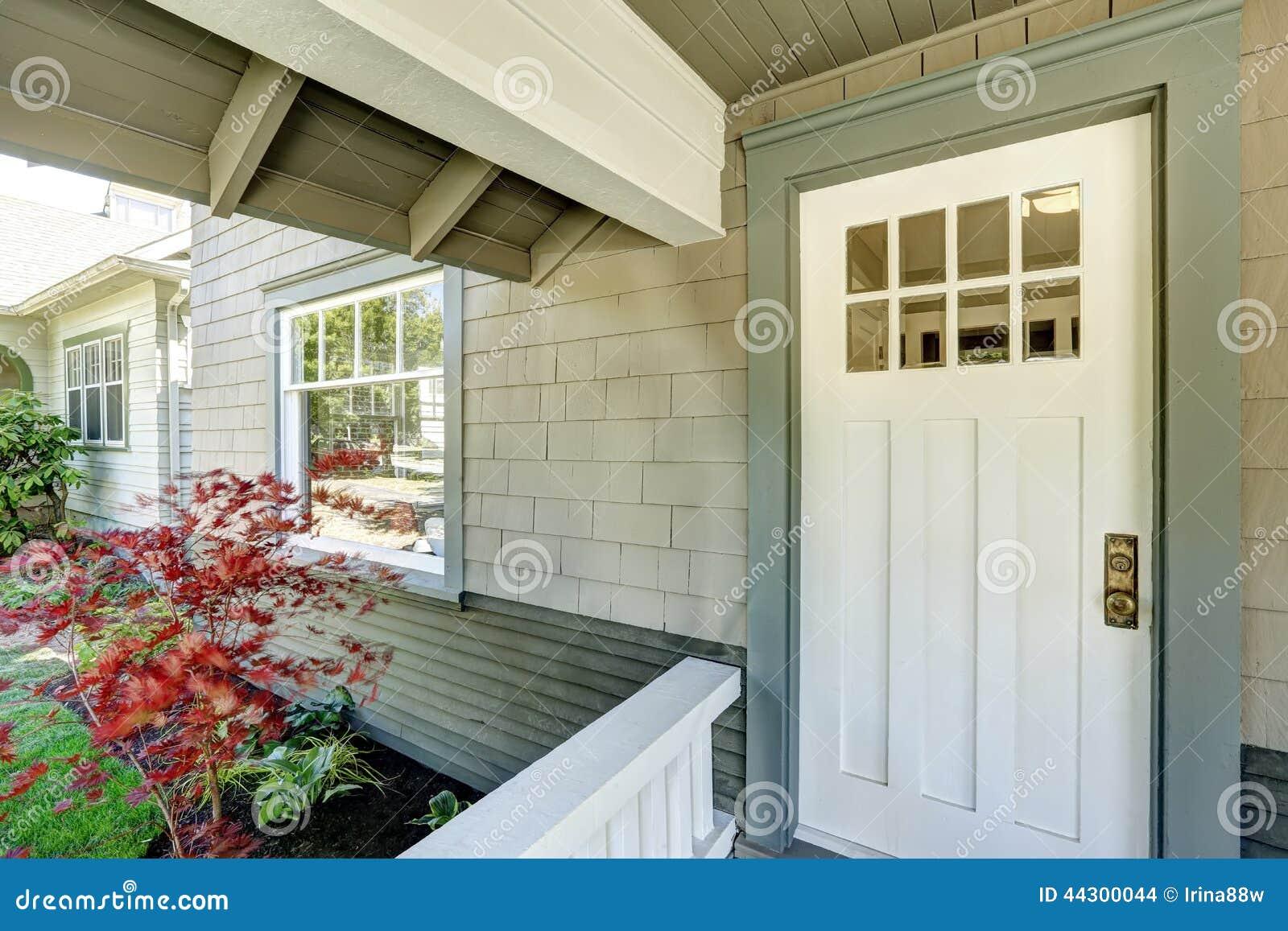 Porche d 39 entr e avec la porte blanche photo stock image 44300044 - La porte blanche belgique ...