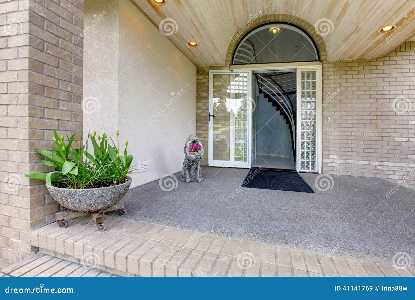 porche d 39 entr e maison de luxe photo stock image 41141769. Black Bedroom Furniture Sets. Home Design Ideas