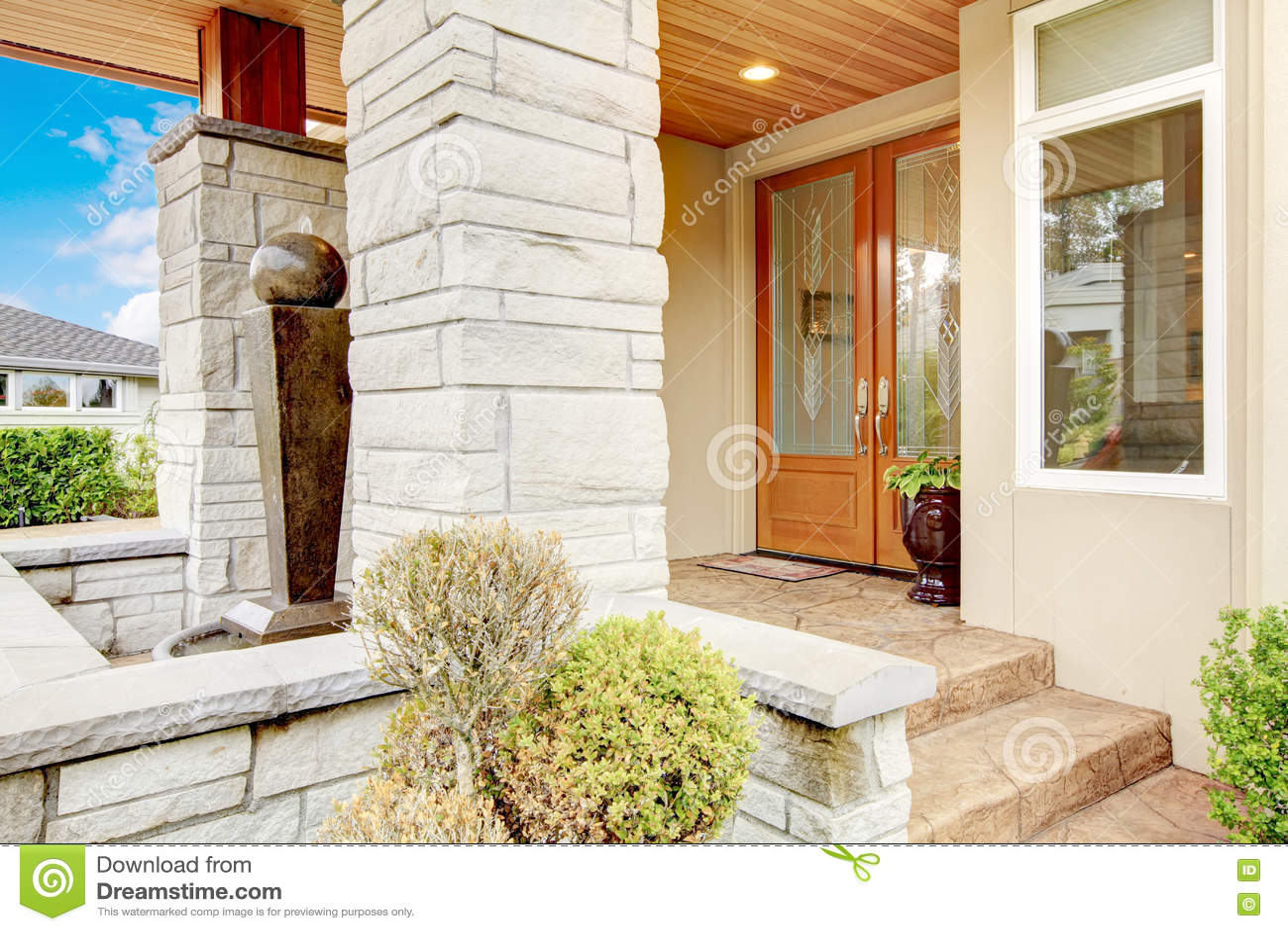Porche De Luxe Dentrée De Maison Avec Léquilibre En Pierre De