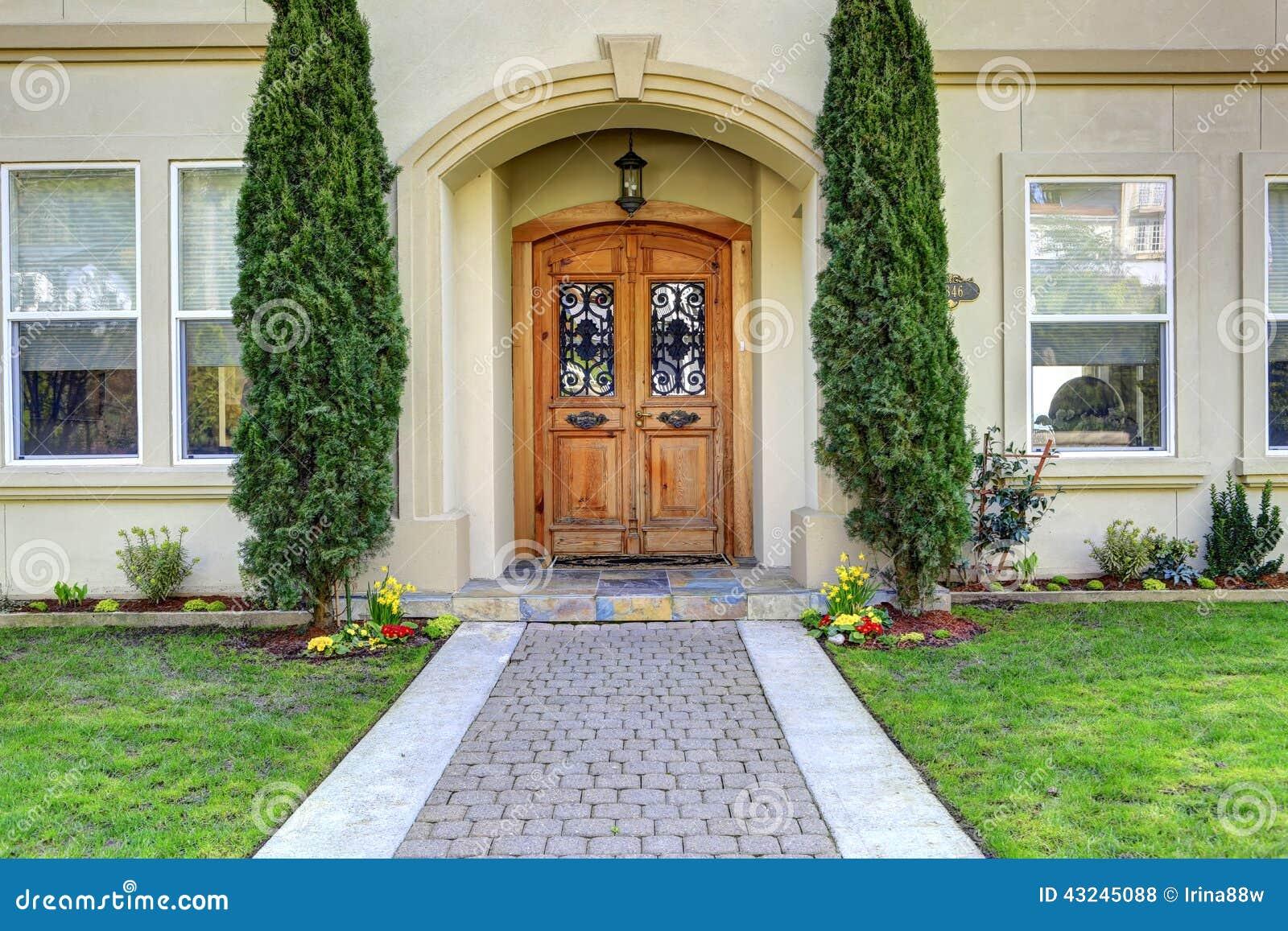 Porche de luxe d 39 entr e de maison avec le passage couvert for Un porche d entree