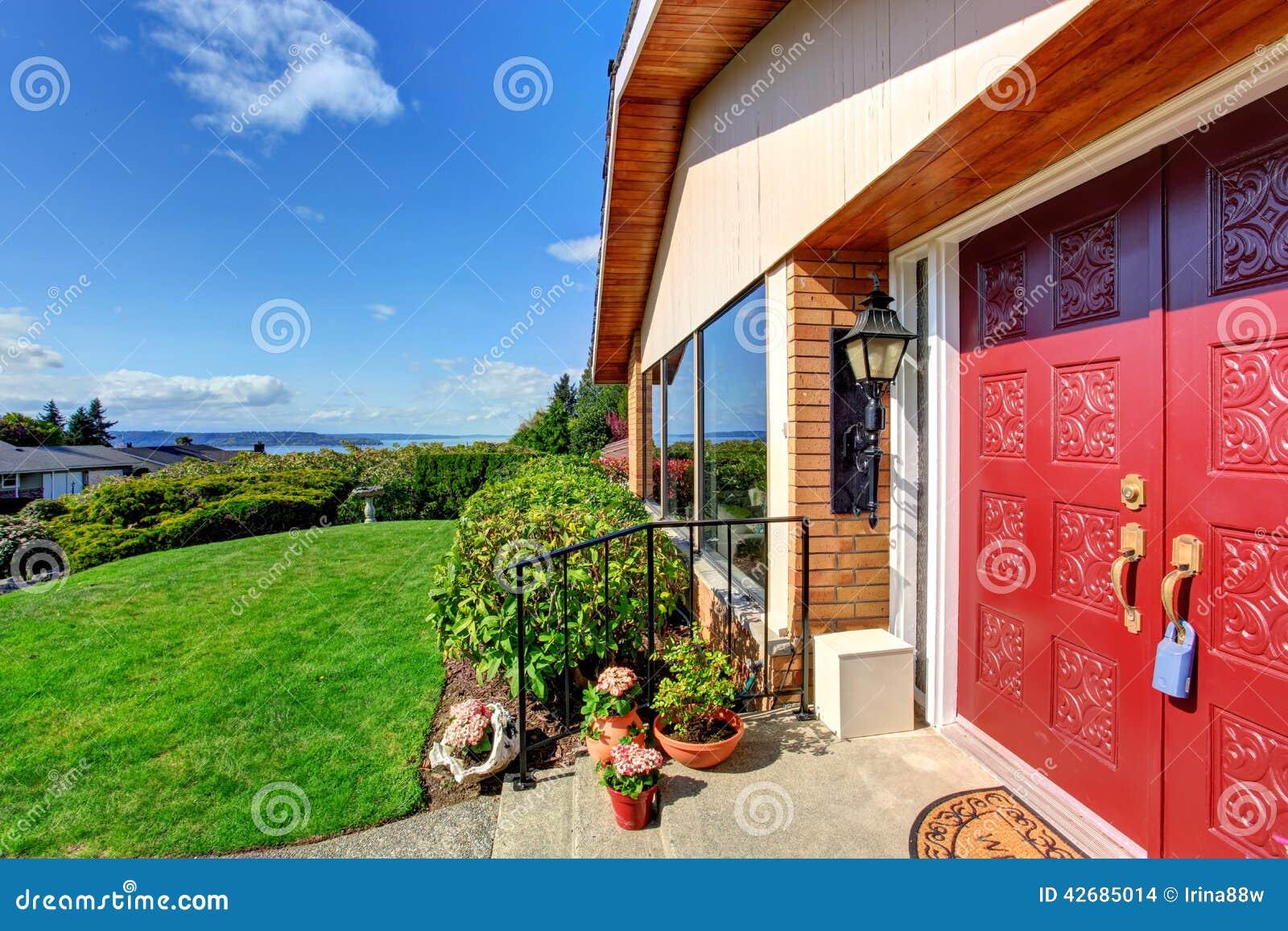 Images porche moderne d entr e de maison avec la porte rouge t l chargez 24 photos libres de - Maison avec porche d entree ...