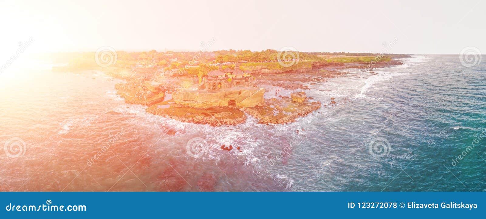 Porción de Tanah - templo en el océano Bali, Indonesia Foto del abejón BANDERA, formato largo