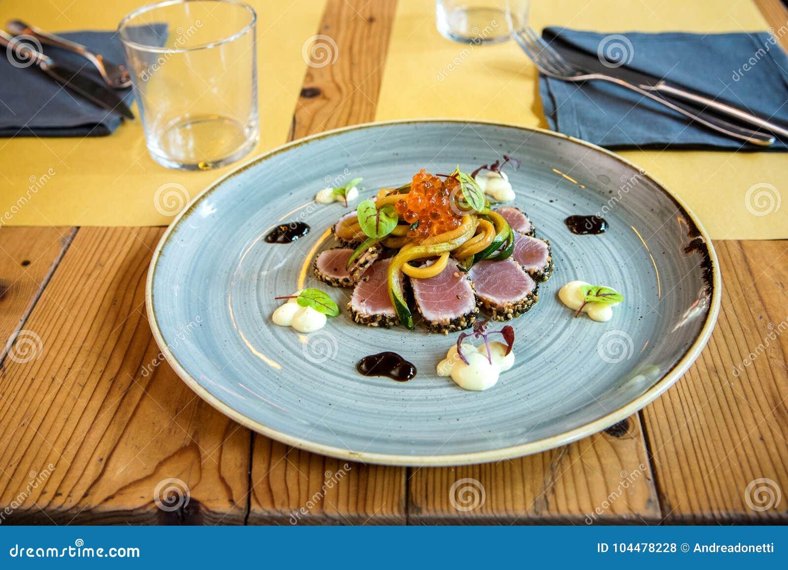 Porción del prendedero gastrónomo del atún en un restaurante