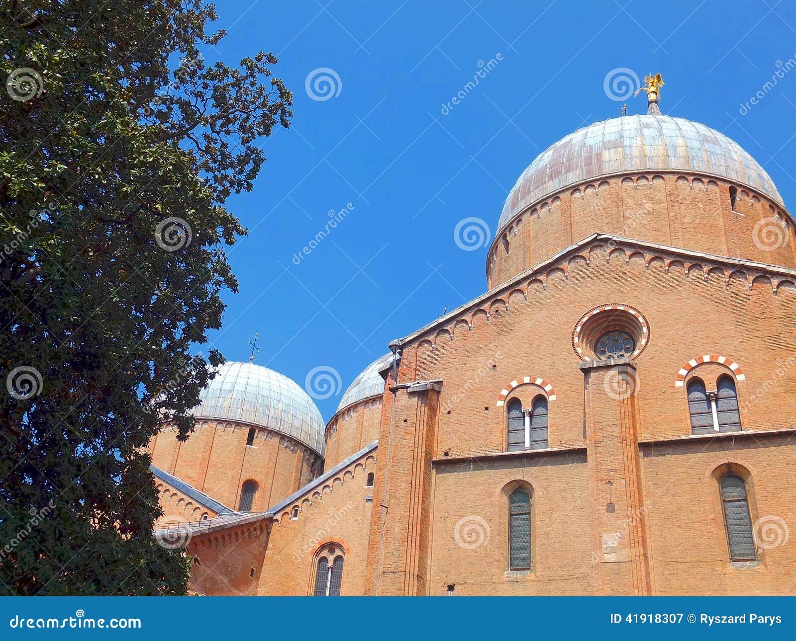 Porción del tejado de la basílica de St Anthony en Padua